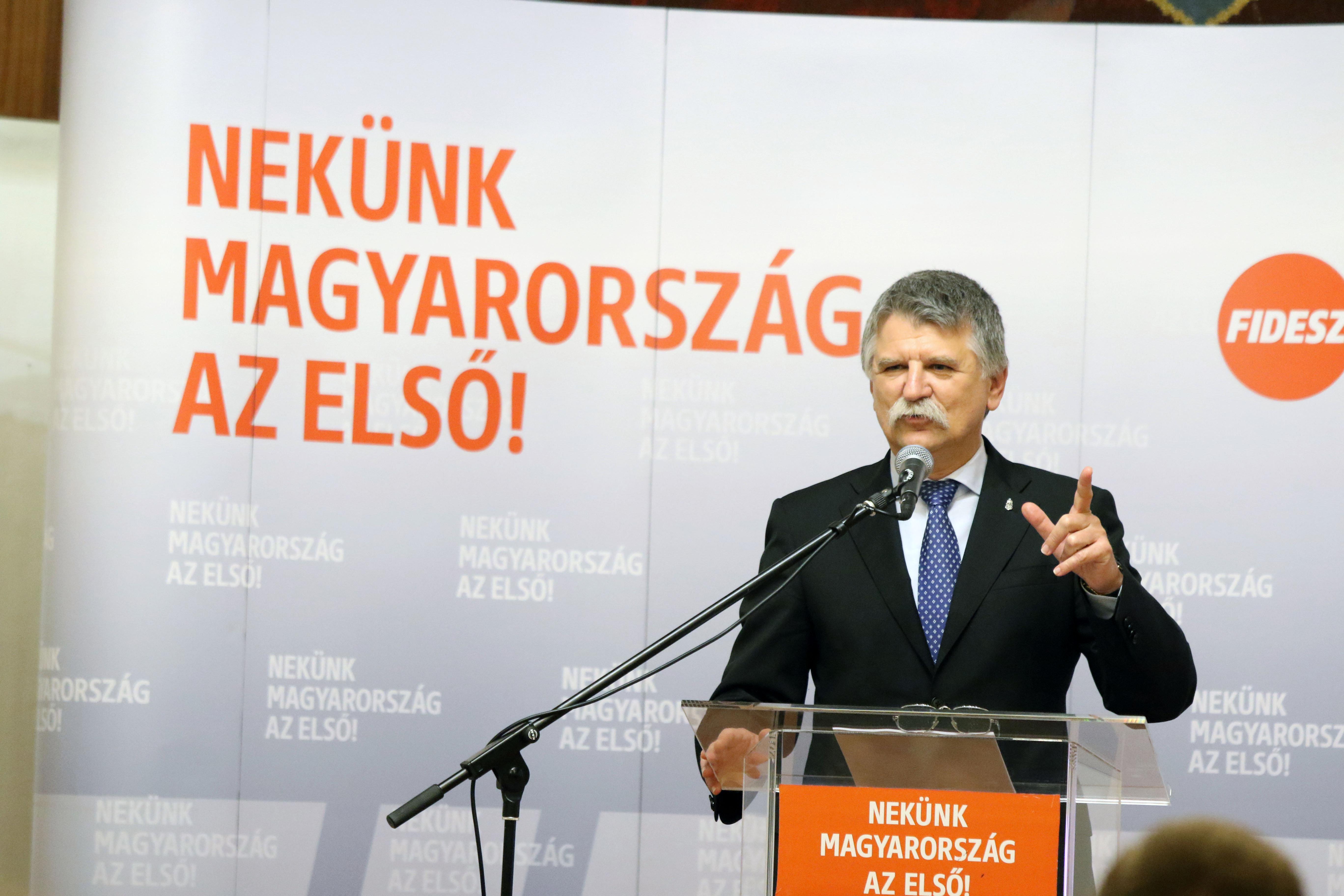 Hiába marasztalták el Kövér Lászlót a sajtószabadság megsértése miatt, a házelnök nem változtat az újságírók munkáját korlátozó jelenlegi szabályokon