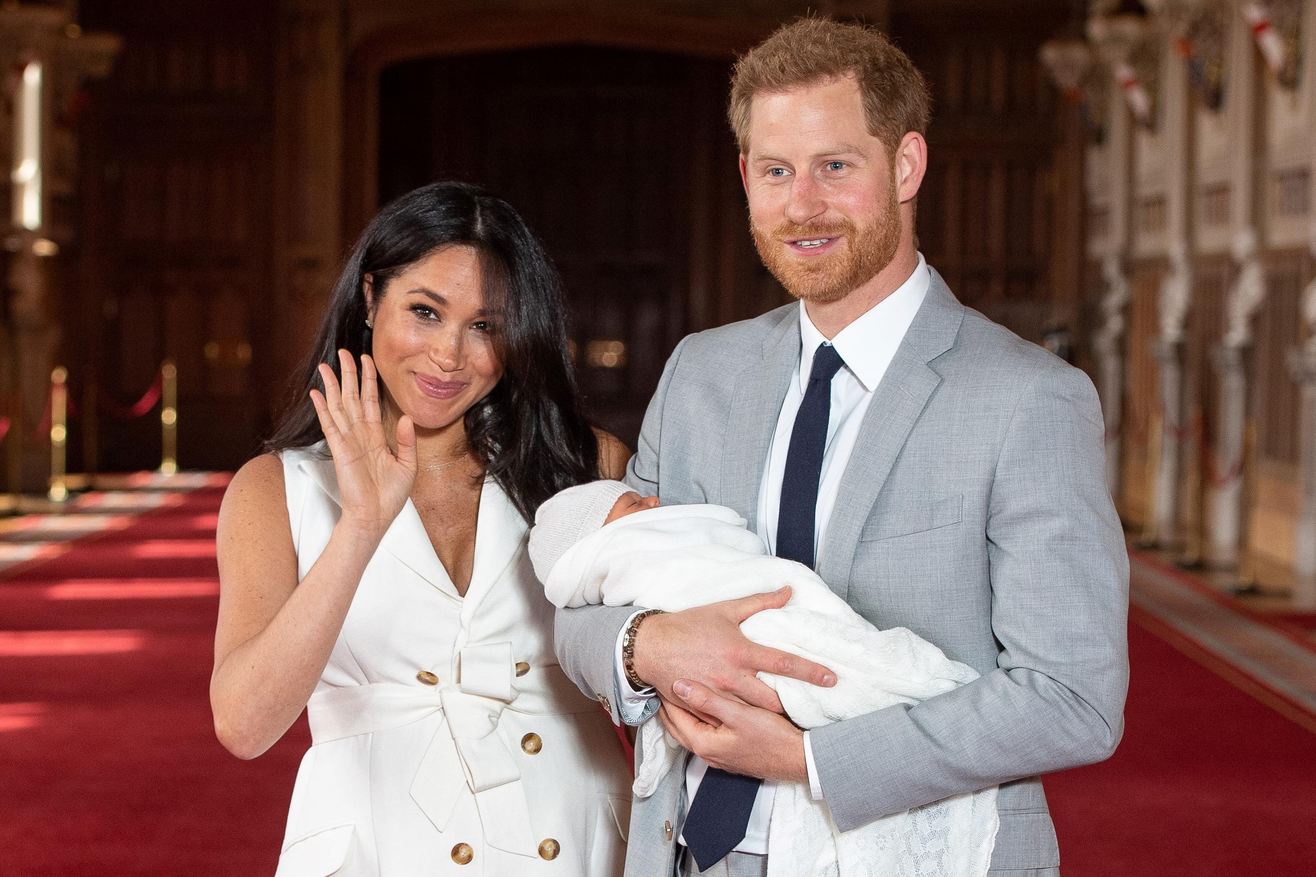 Harry herceg és felesége visszalép a királyi család magas rangú tagjaként betöltött szerepükből