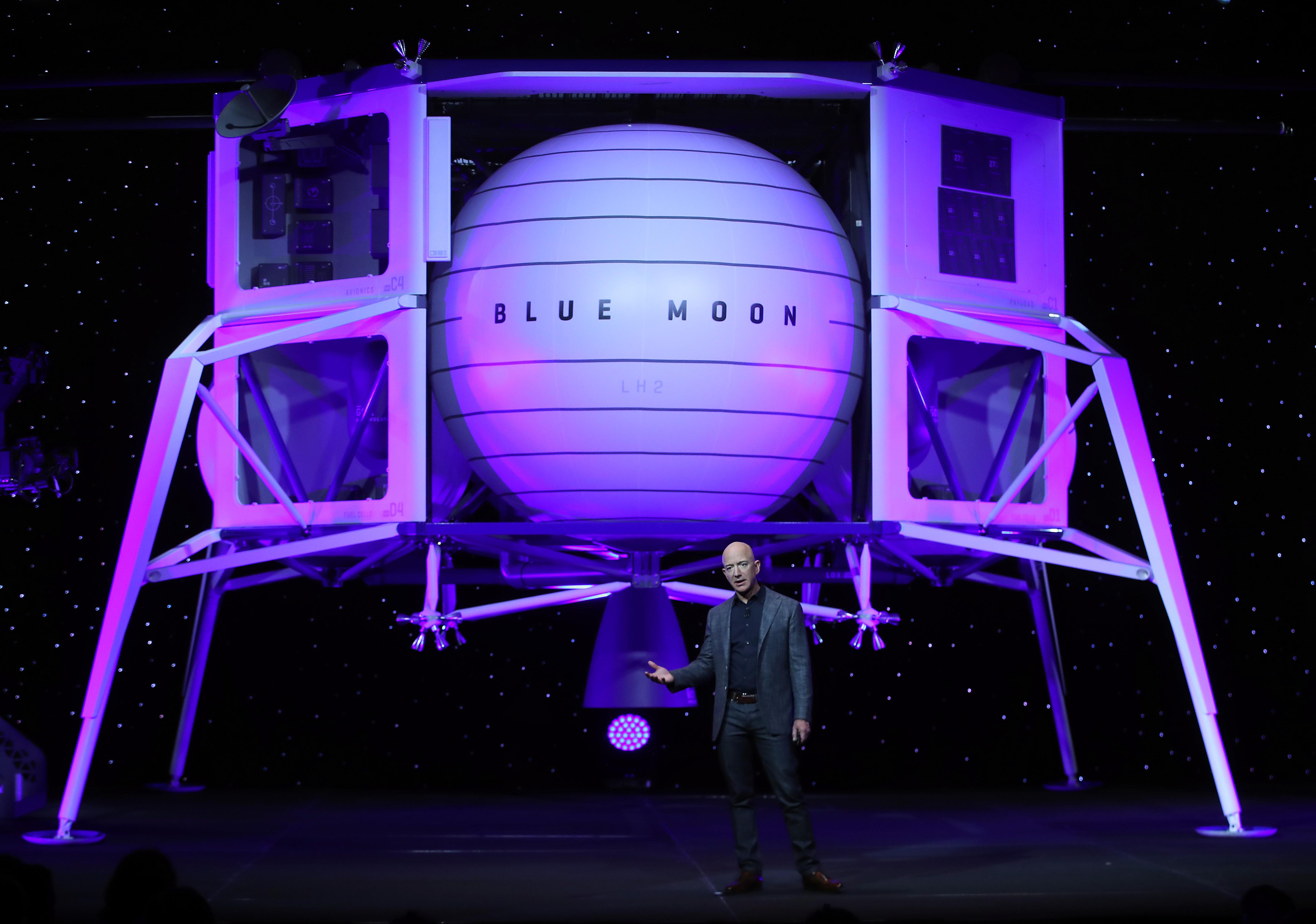 Jeff Bezos bemutatta, milyen járművel térne vissza a Holdra
