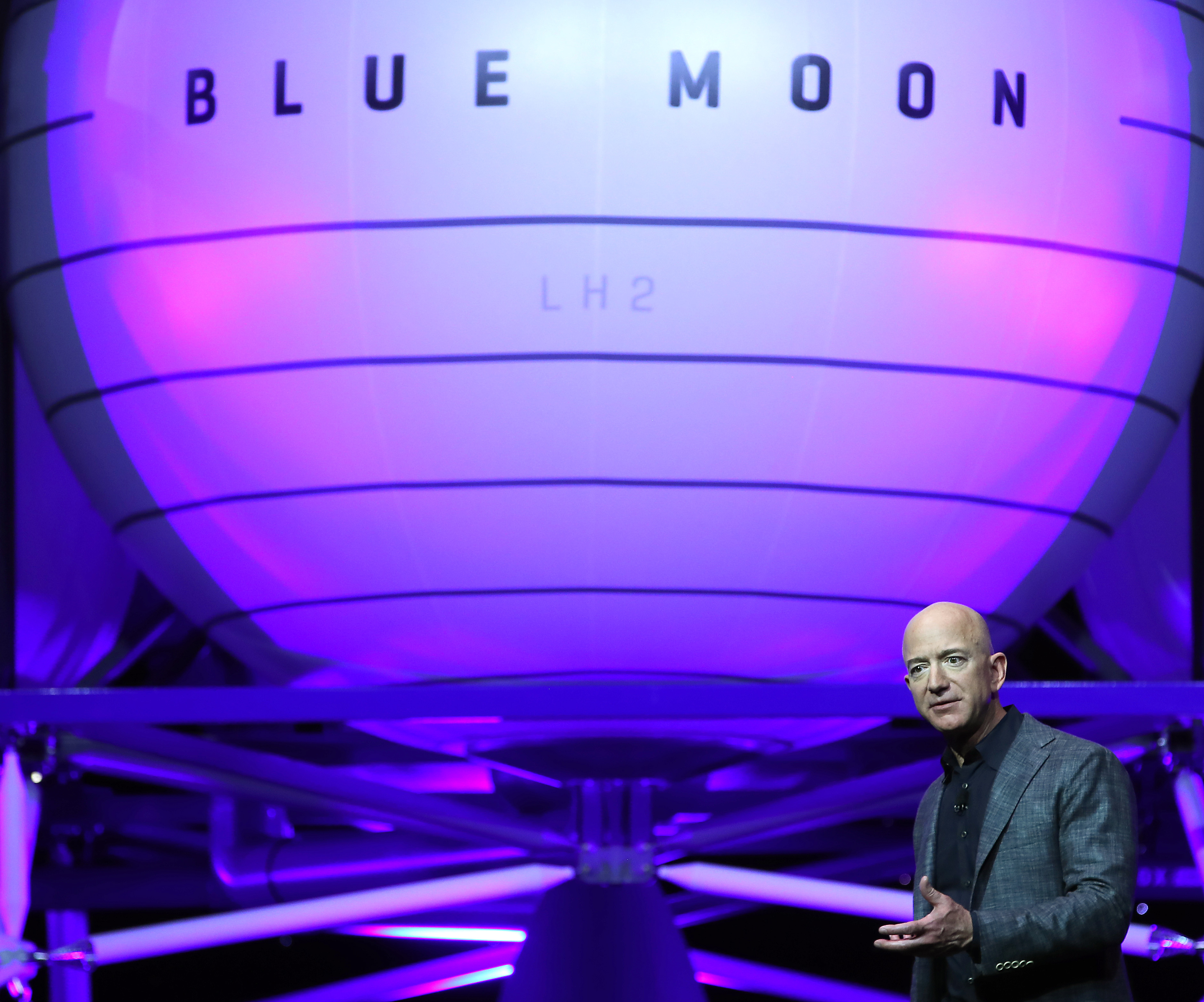 28 millió dollárt fizetett valaki azért, hogy Jeff Bezosszal utazhasson az űrbe