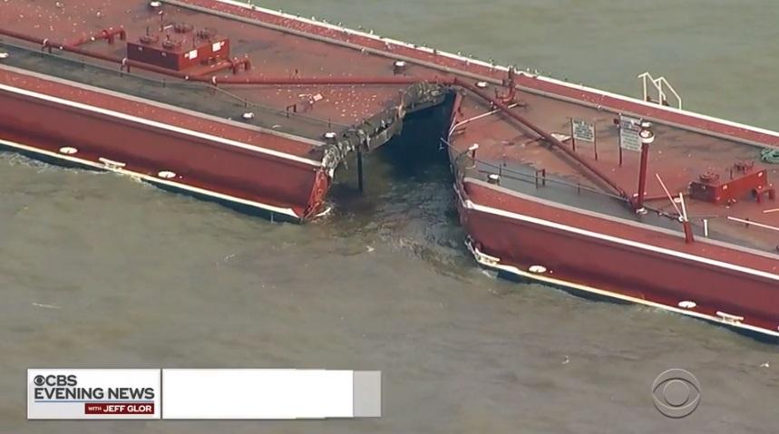 Ötvenezer hordónyi olaj ömlött a vízbe Houston partjainál, amikor tartályhajóval ütközött két olajszállító hajót vontató uszály