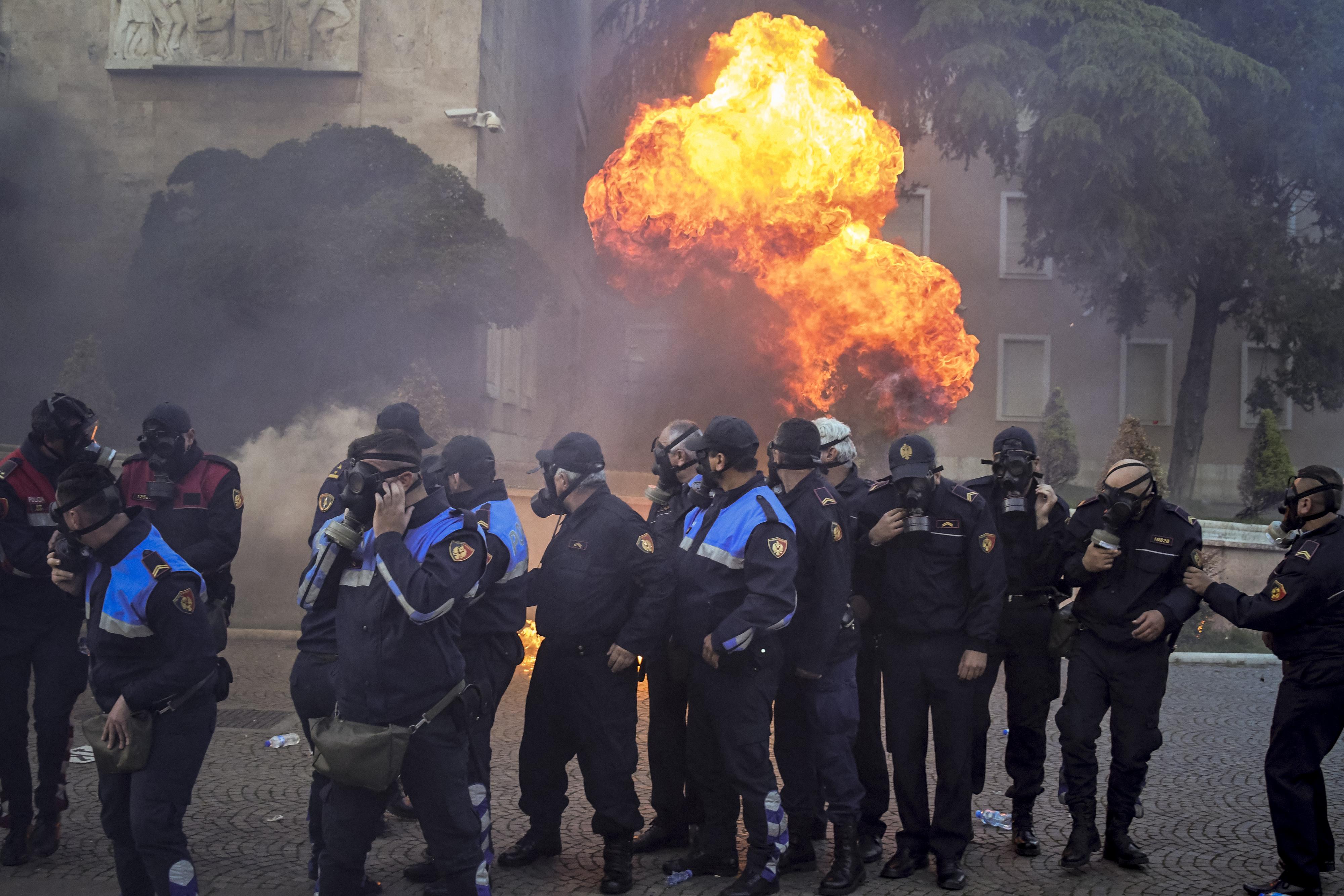 Könnygázzal és vízágyúval vetett végett az albán rendőrség a kormányellenes tüntetésnek