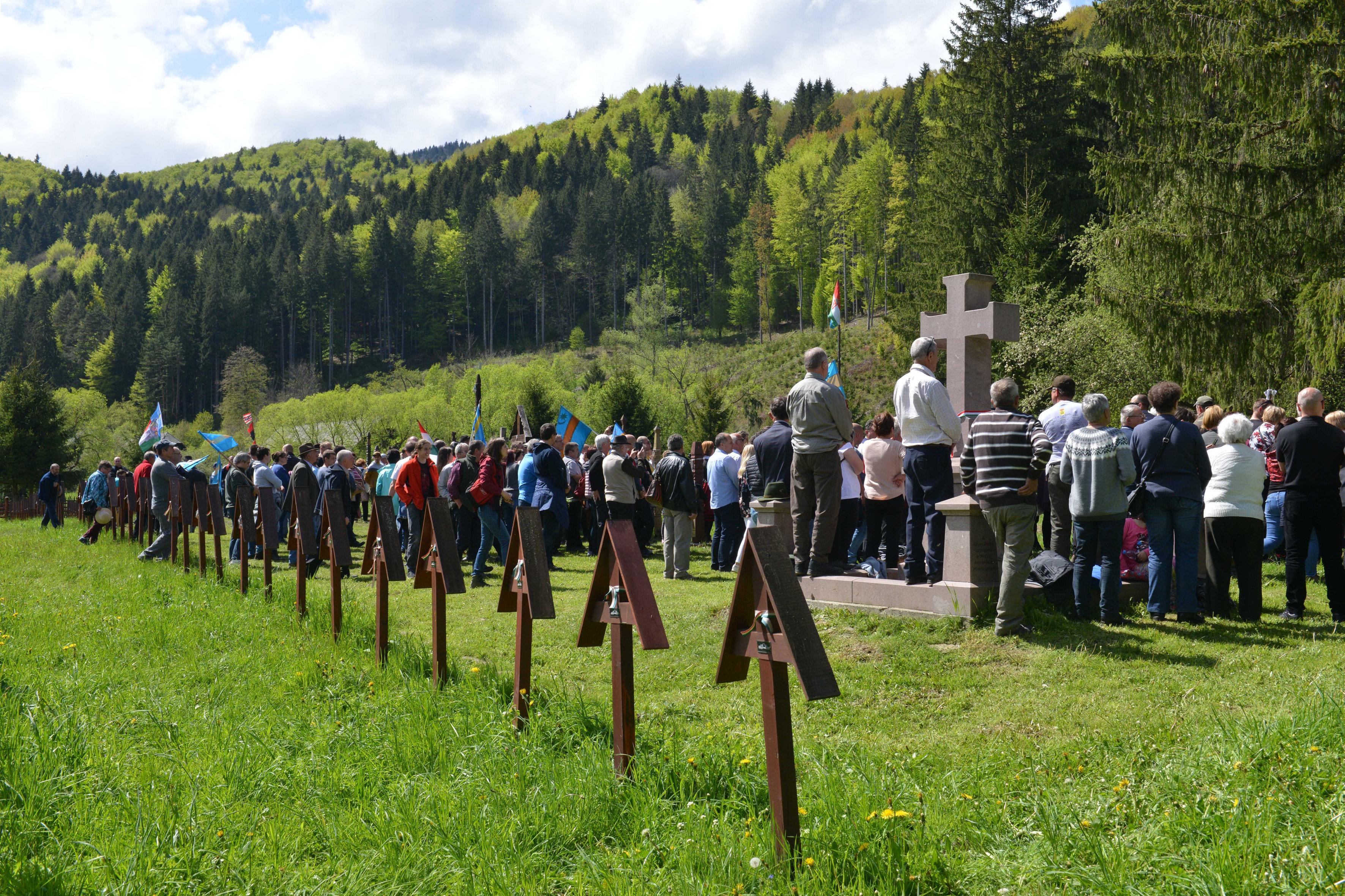 """""""Ne bántsd a magyart!"""" – kiáltotta egymás kezét fogva több ezer ember az úzvölgyei sírkertben"""