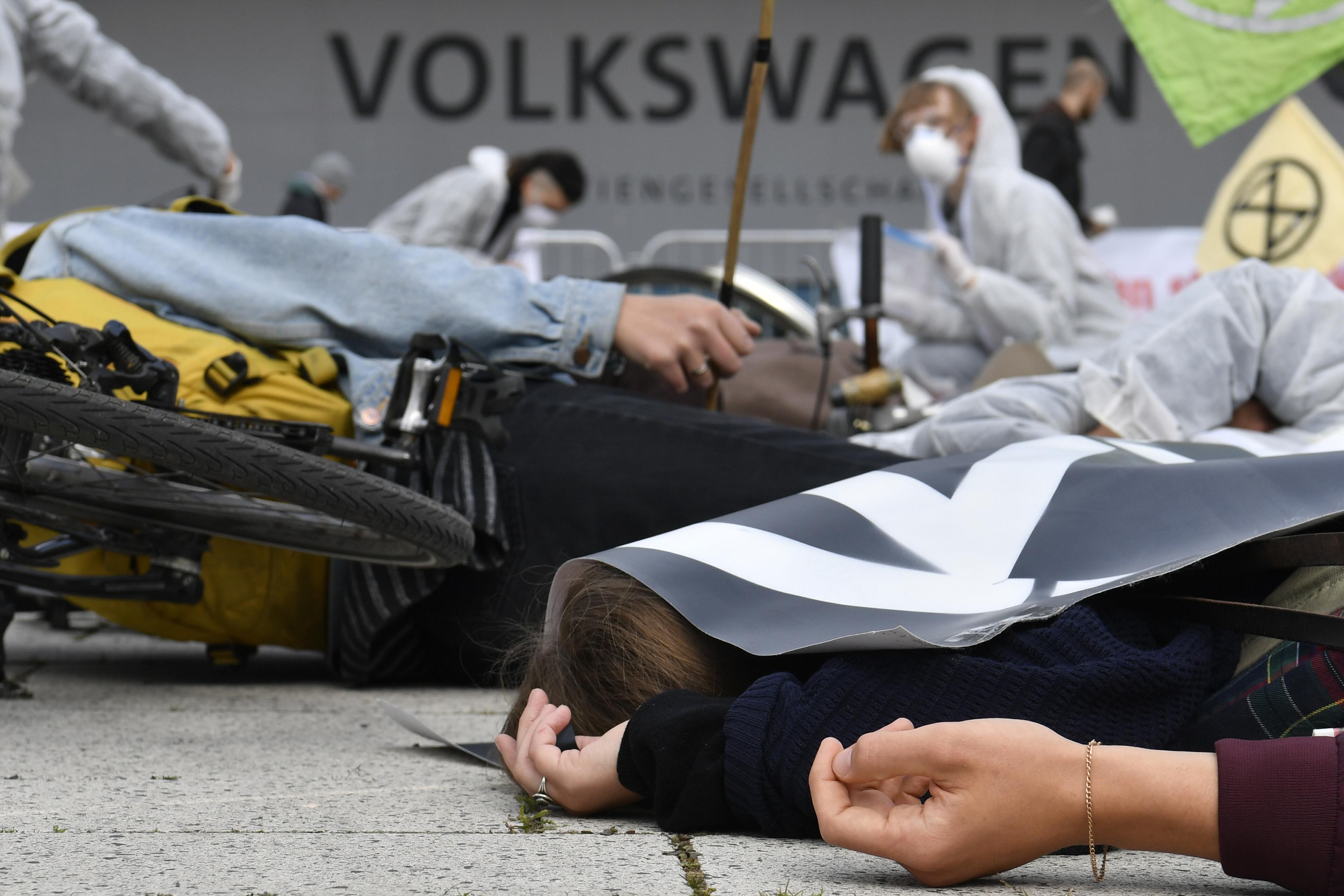 Környezetvédők tüntettek a Volkswagen részvényeseinek közgyűlésén