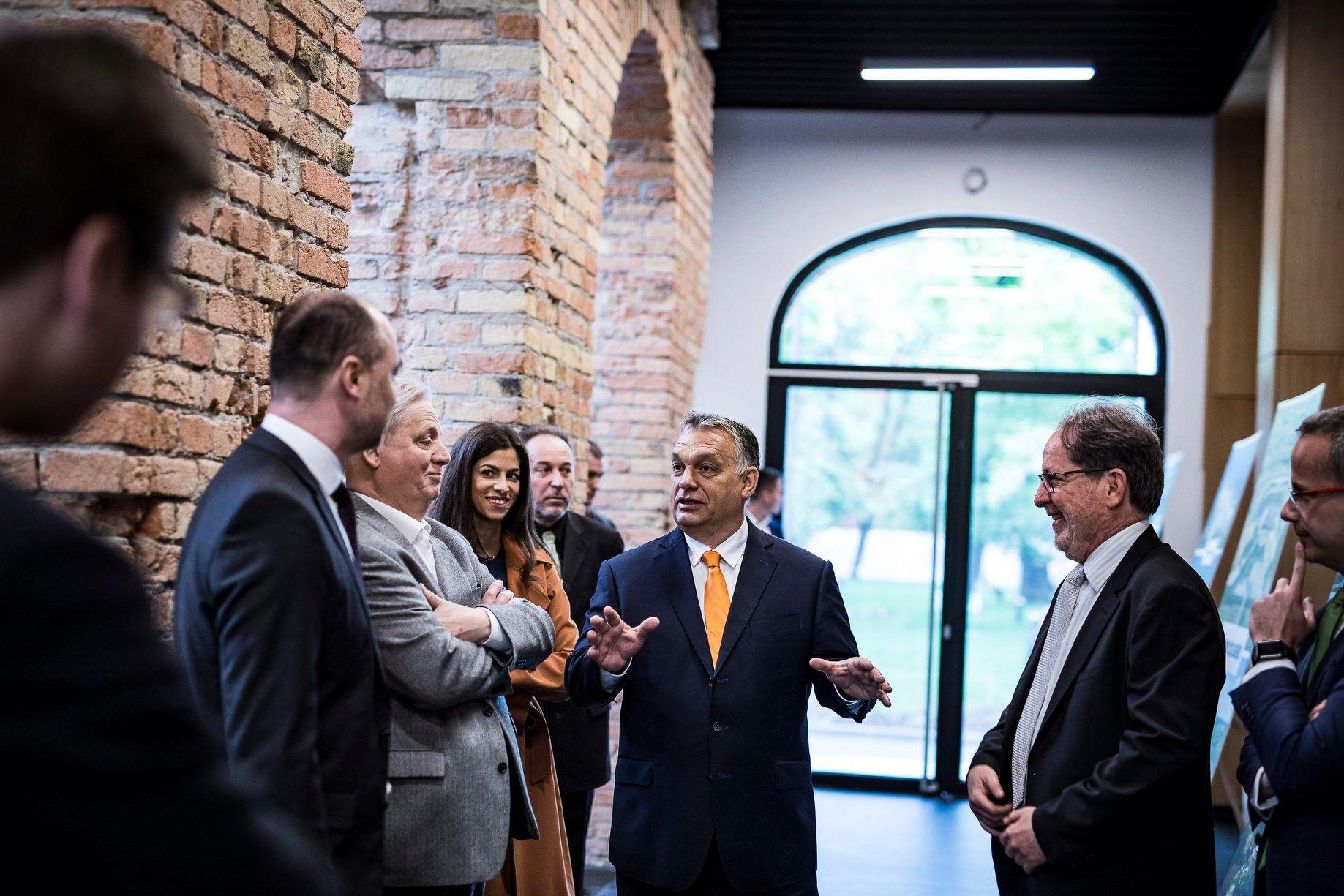 Orbán elment, hogy átadjon egy múzeumi háttérépületet, és csak akkor nem kampányolt, amikor azt mondta: Tisztelt Hölgyeim és Uraim!