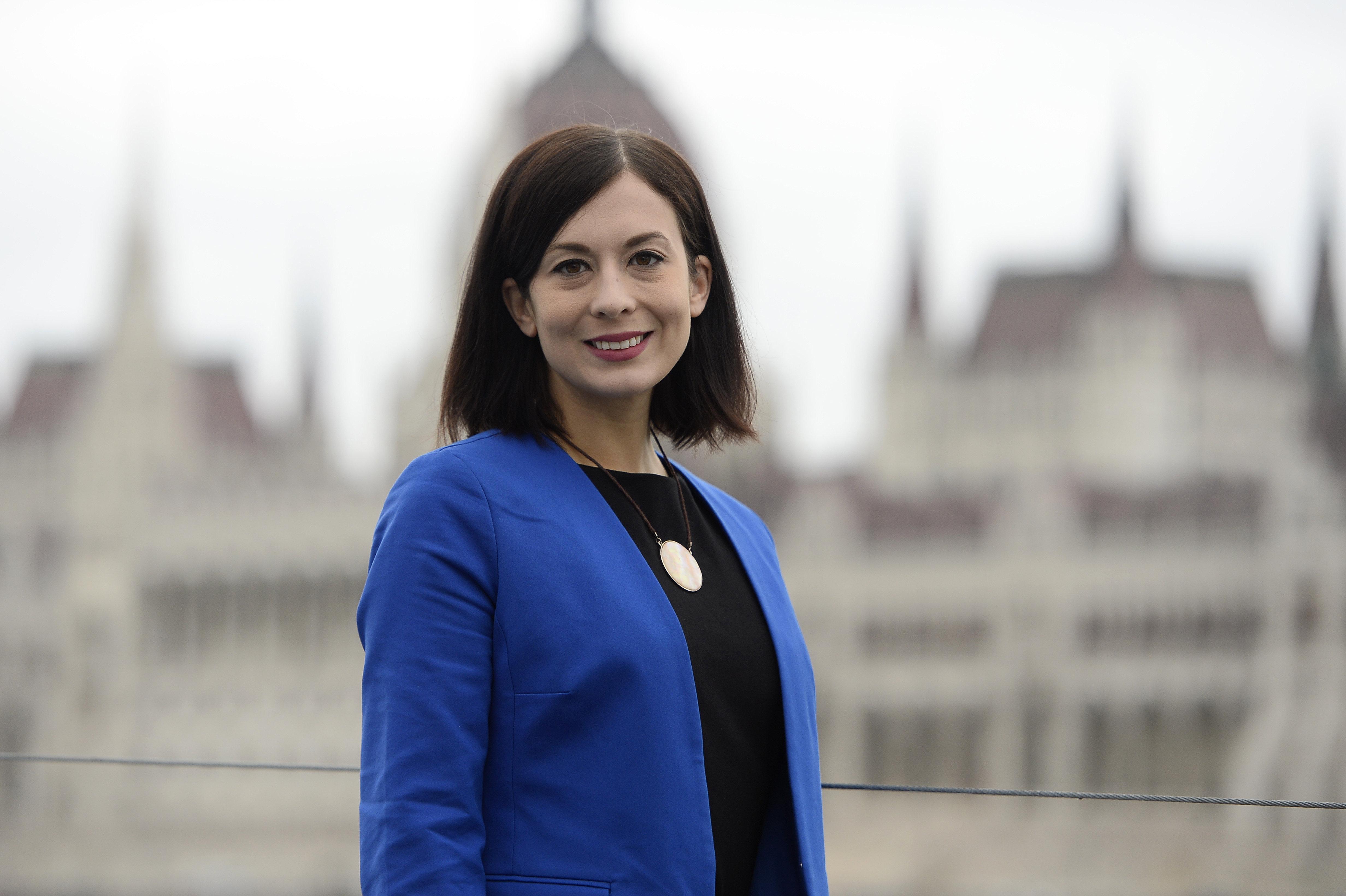 A momentumos Cseh Katalin önkéntes orvosnak jelentkezett  az Országos Mentőszolgálatnál