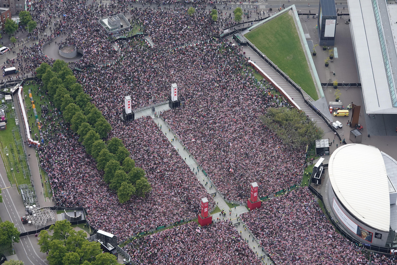 Százezren köszöntötték az Ajax bajnoki címét Amszterdamban