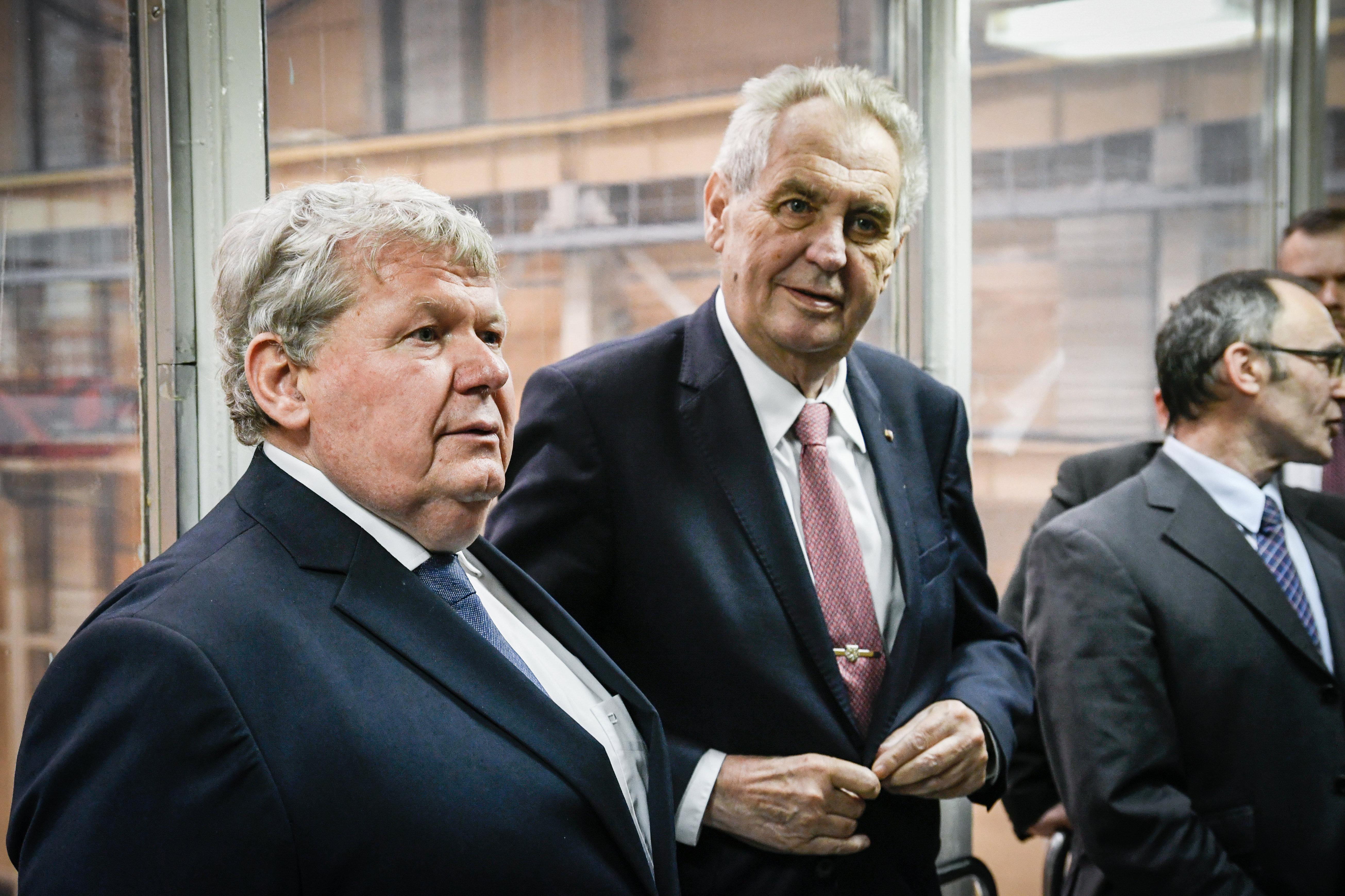 A cseh elnök miniszterek távozását követeli, mert elutasították a Szputnyik V-t