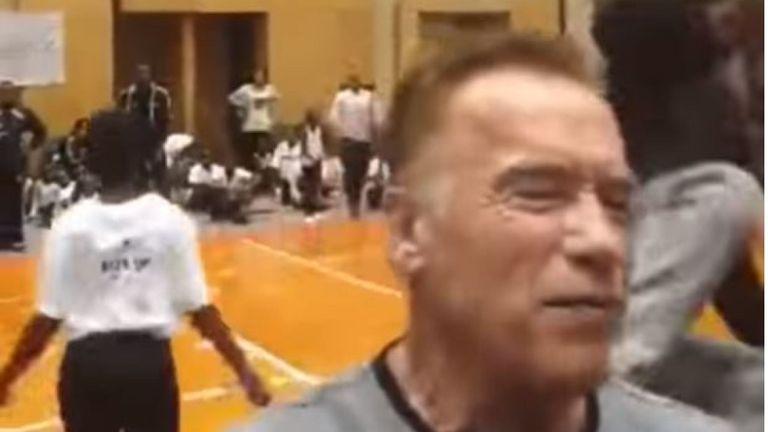Repülő rúgással szállt bele hátulról egy férfi Arnold Schwarzeneggerbe, nem sokat ért el vele