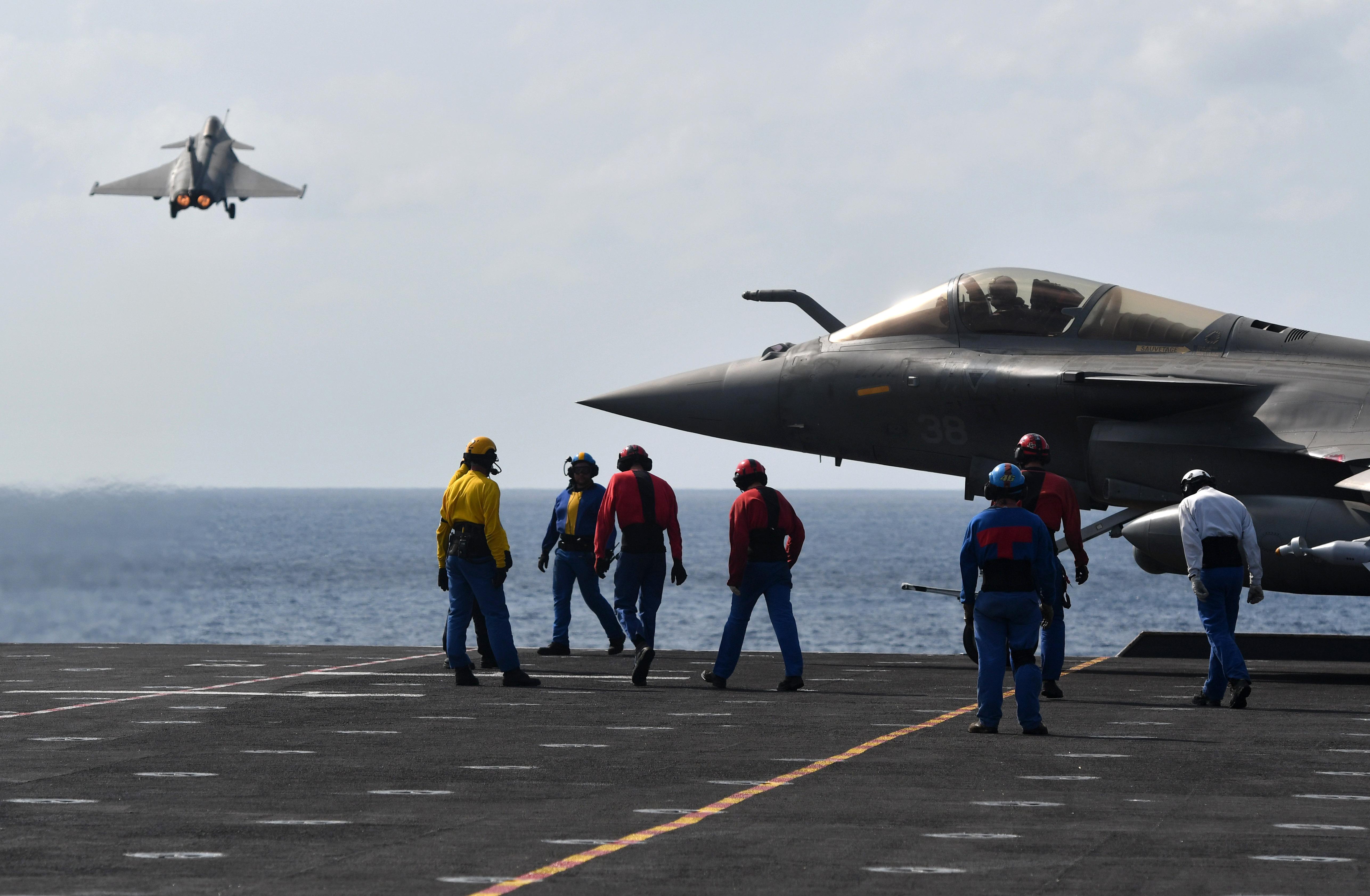 Apró repülőhordozójuk helyett a világ hatodik legnagyobb szigetére szállt le a francia légierő hét vadászgépe