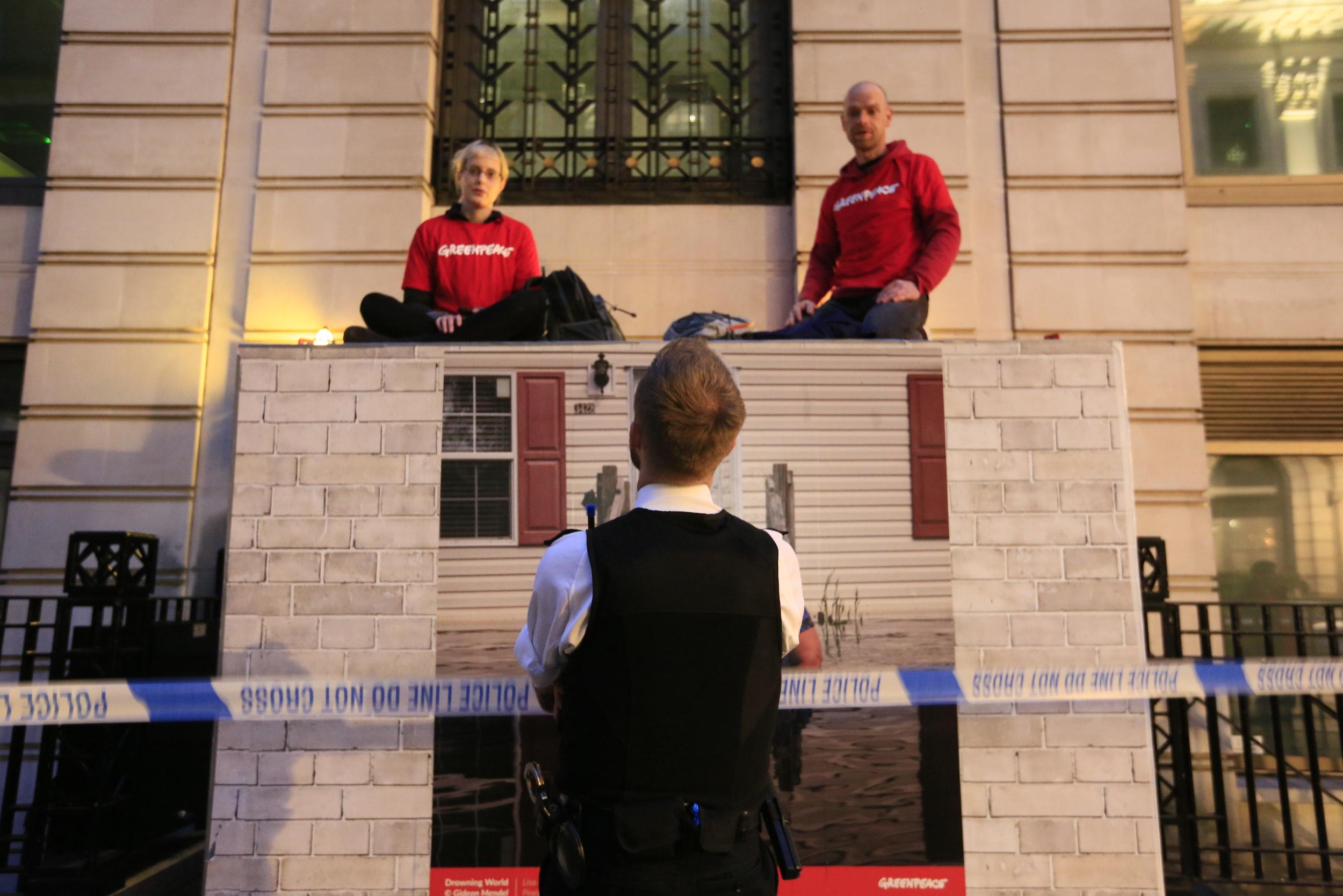 A Greenpeace aktivistái konténerekkel torlaszolták el a BP londoni központját