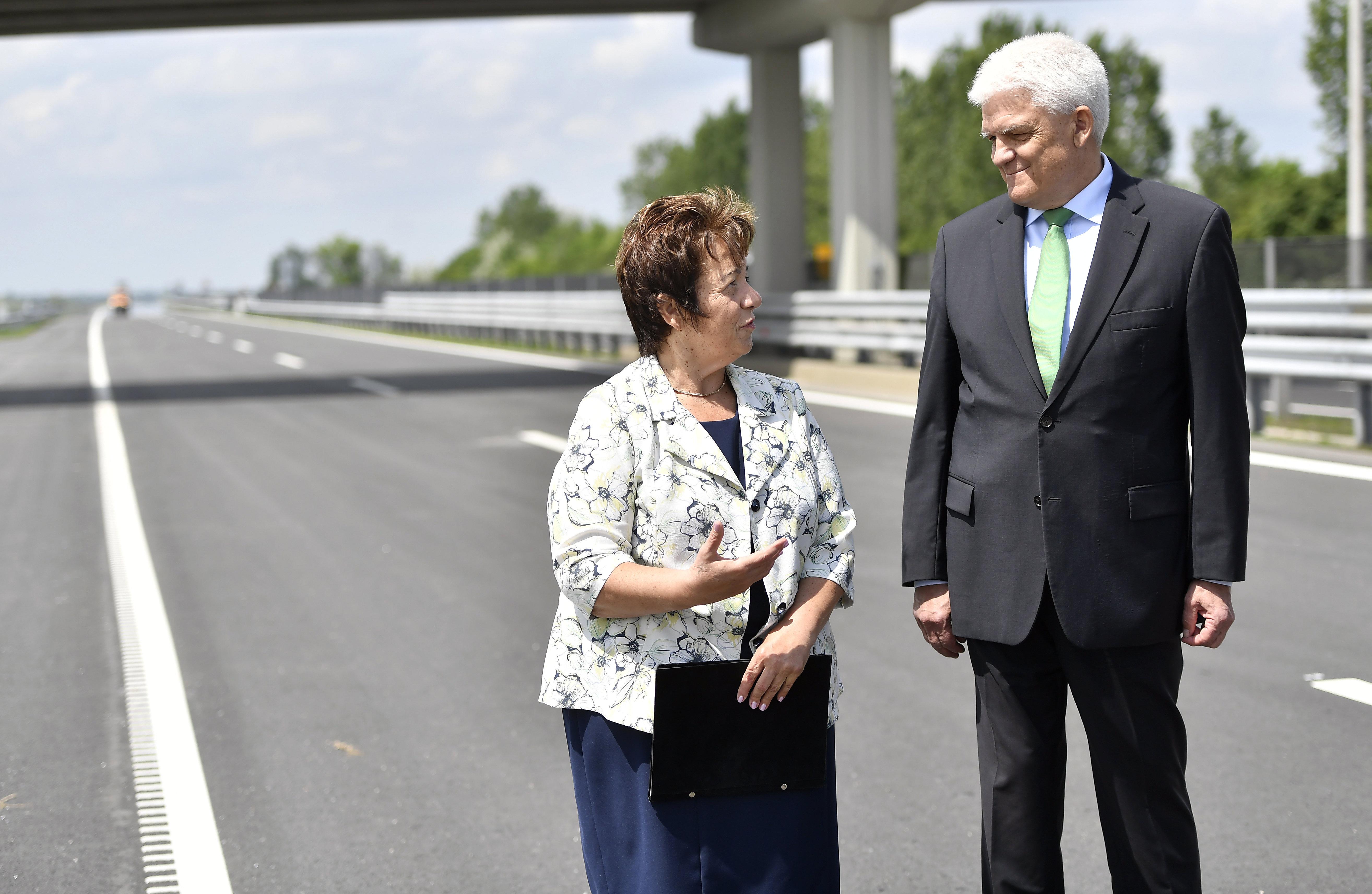 Szolnok fideszes polgármestere és a térség parlamenti képviselője kiállt az M4-esre bejelenteni, hogy egy hónap múlva át lesz adva a szakasz