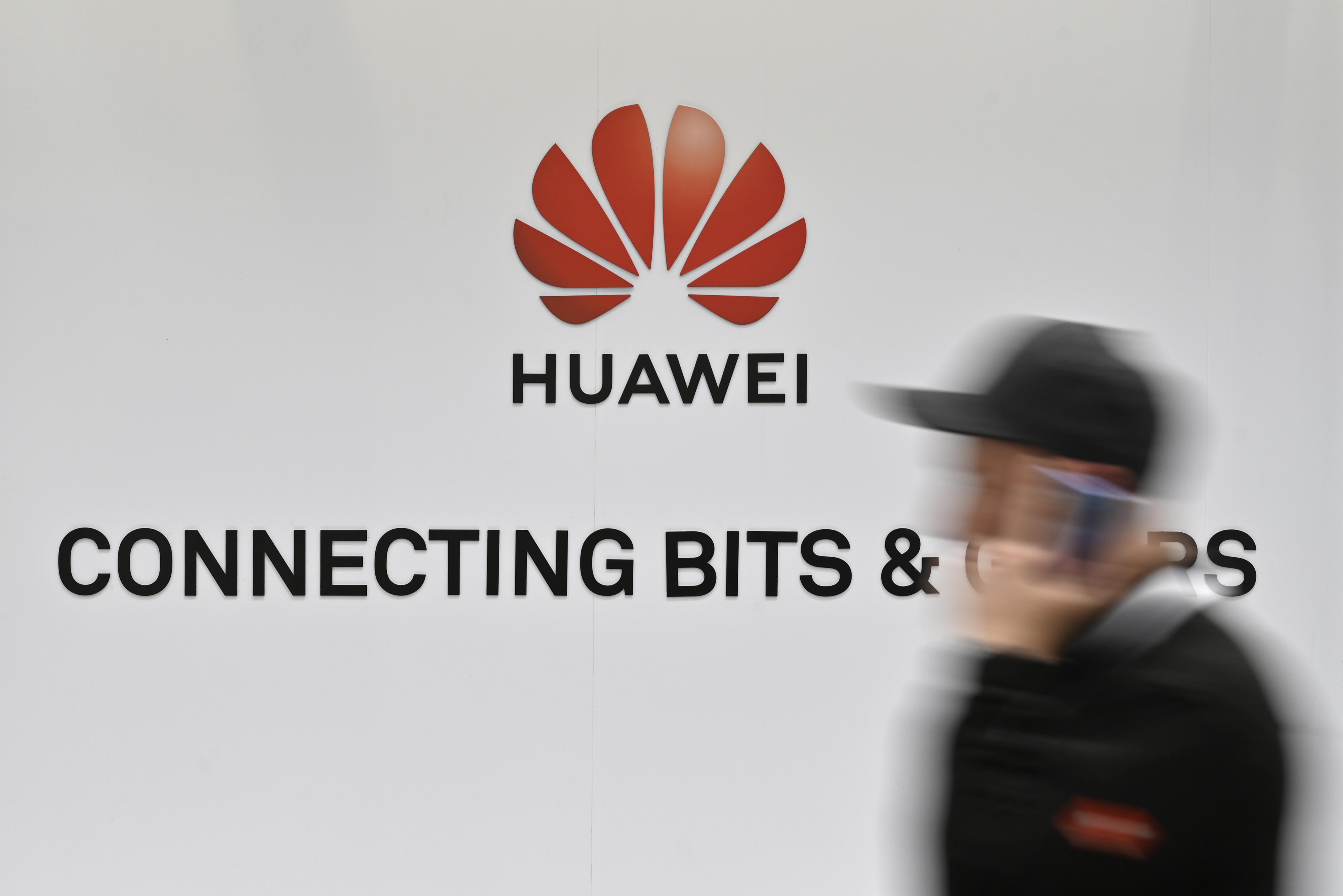 A brit kormány mégis teljesen kizárhatja a Huaweit az 5G-s fejlesztésekből