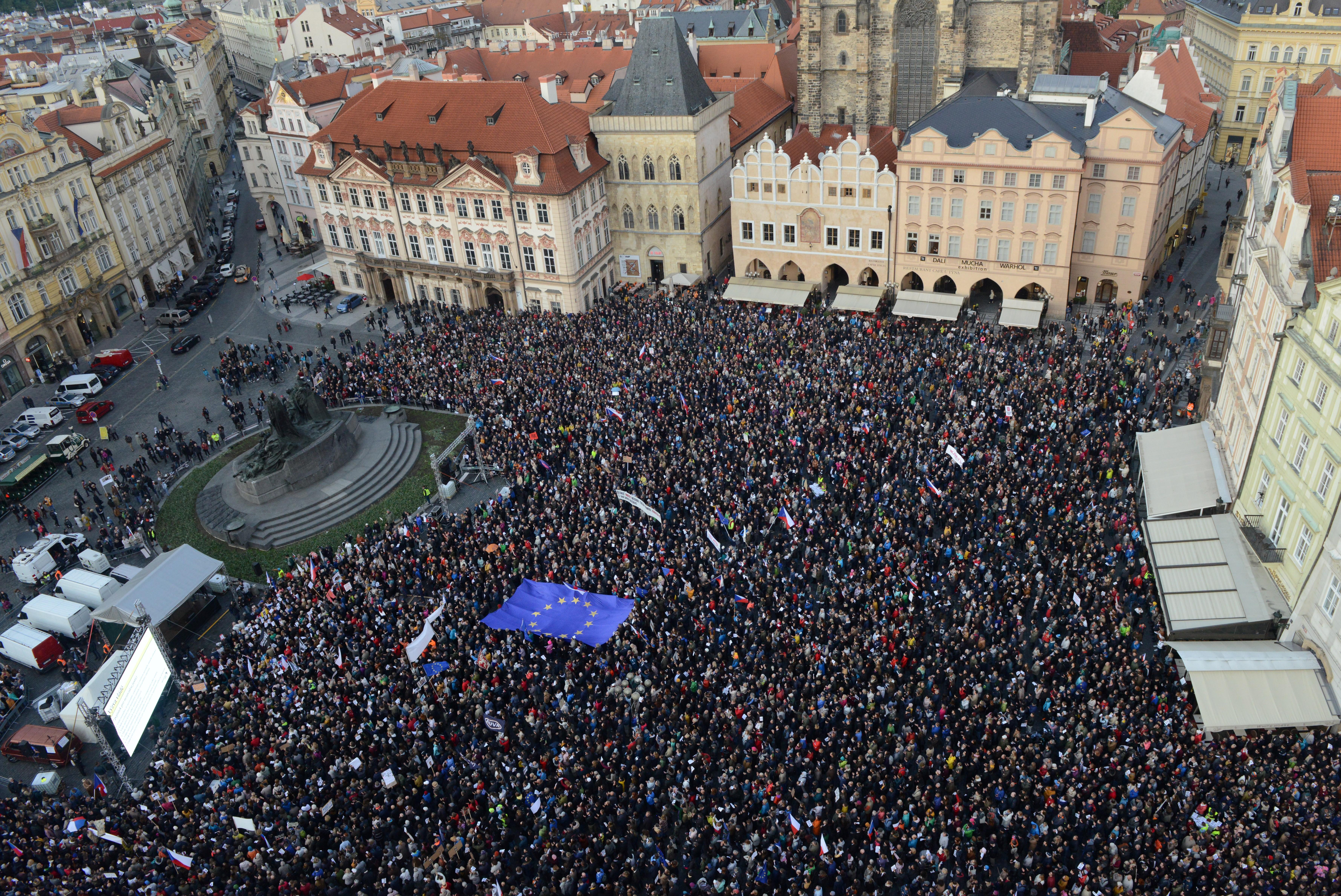 Több 10 ezer ember tüntetett a cseh kormányfő ellen, akit a rendőrség EU-s pénzek elcsalásával gyanúsít
