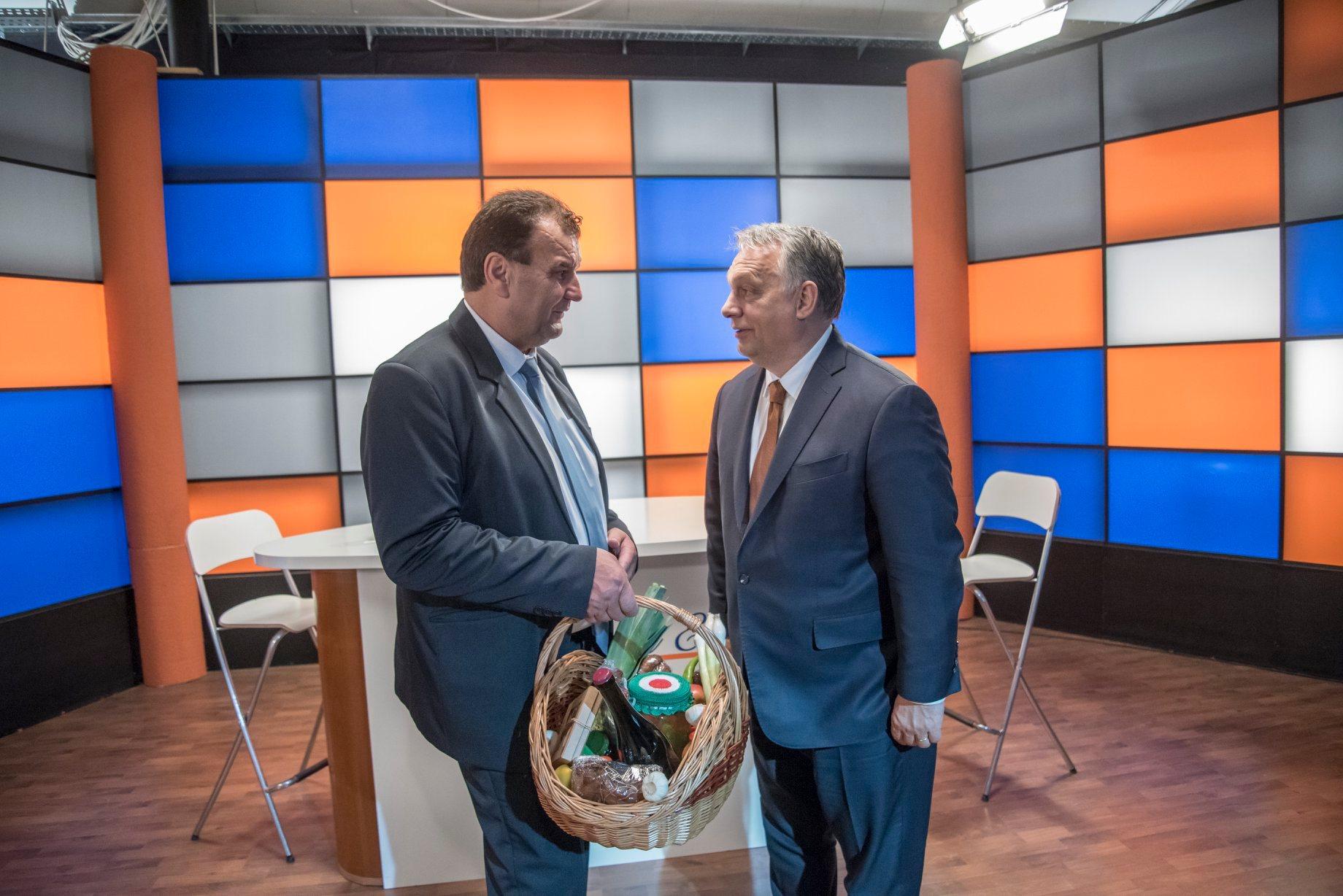 Vigh László fideszes képviselő egy AJÁNDÉKKOSÁRRAL köszönt el Orbántól