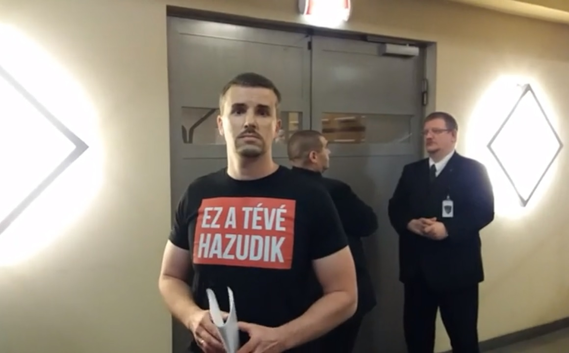 Rosszul lett a TV2 dolgozója, amikor jobbikosok mentek be az épületbe, Jakab Péter szerint terroristáknak hitte őket