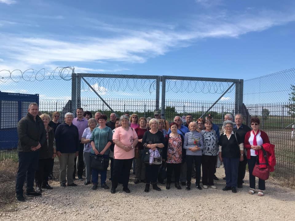 Buszos túrát szervezett a határkerítéshez egy fideszes polgármester