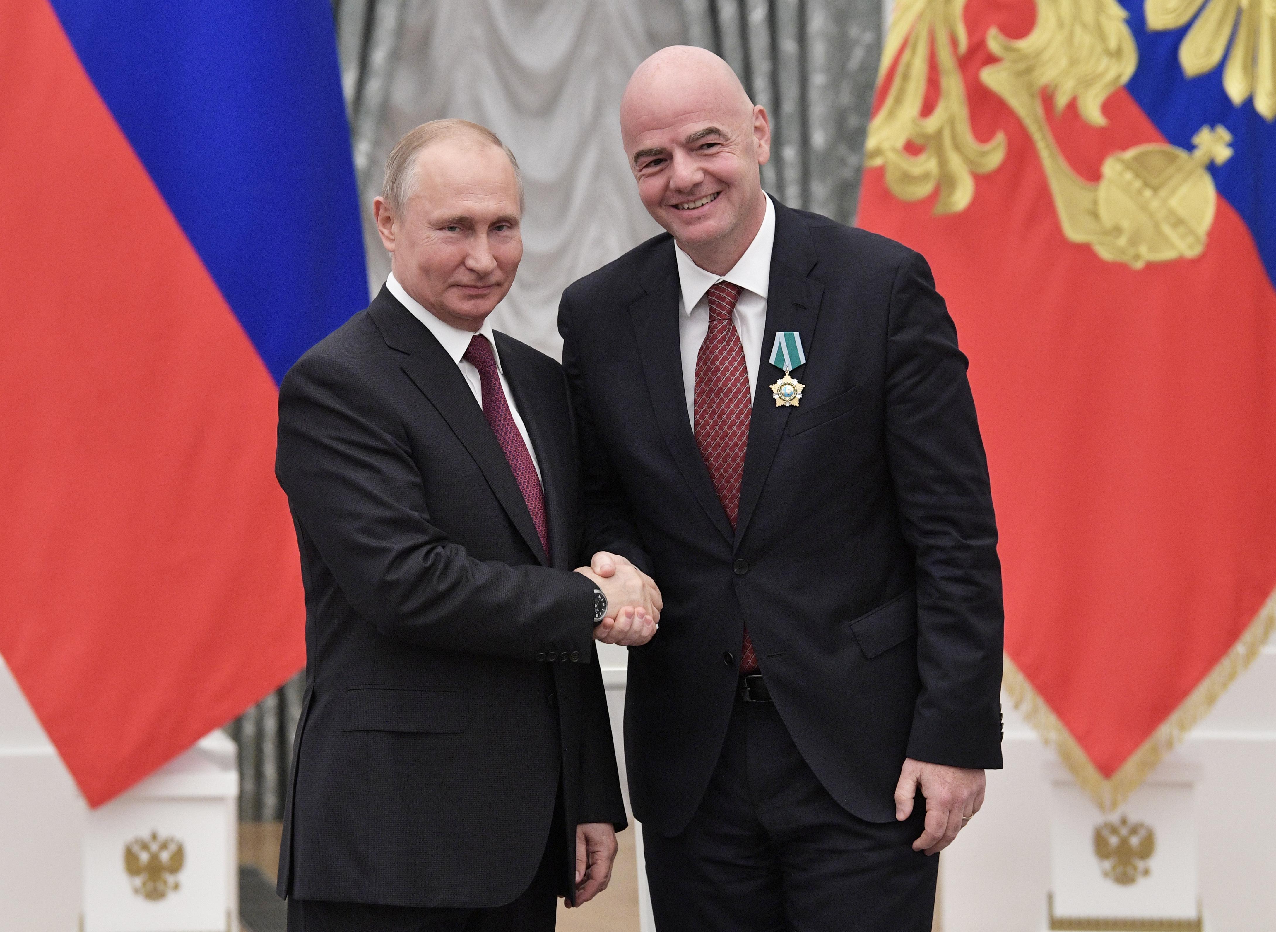 Vlagyimir Putyin orosz elnök a Barátság Érdemrenddel tüntette ki a FIFA elnökét