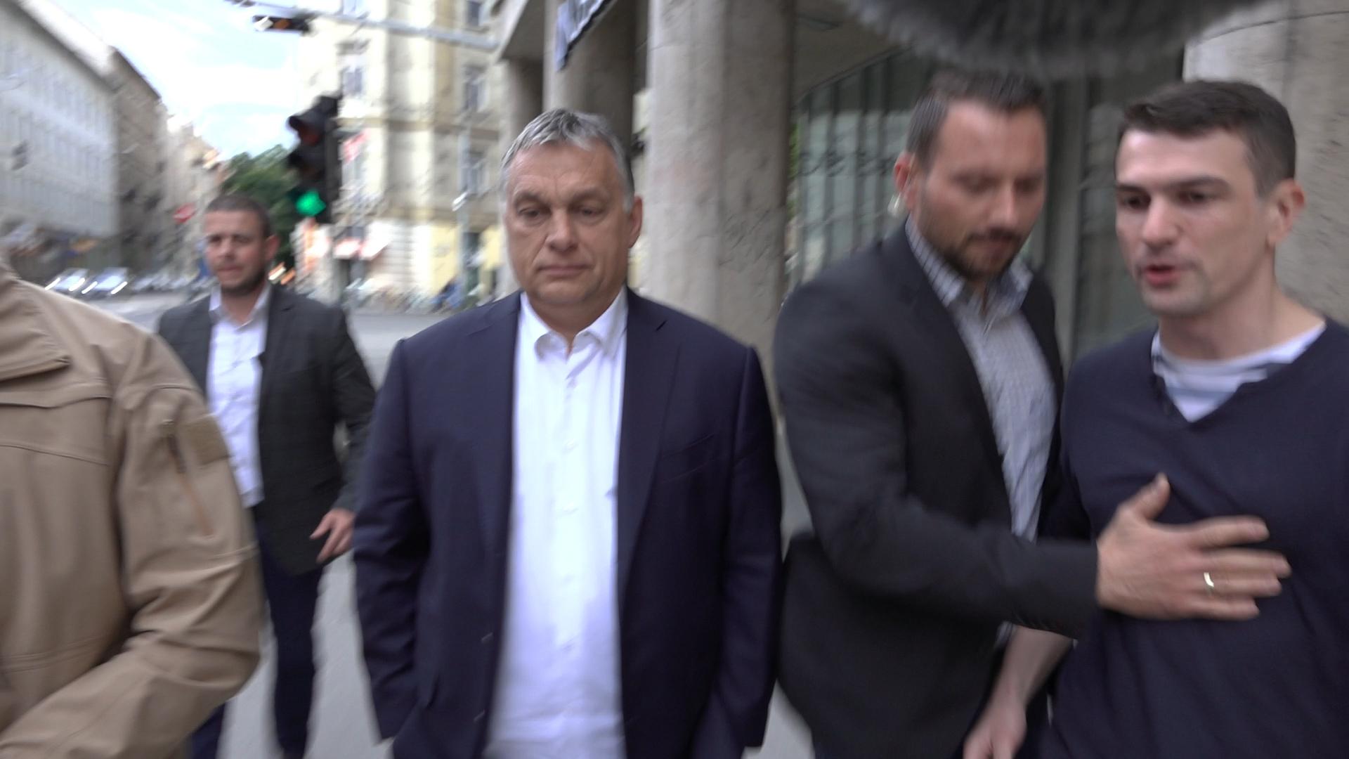 Orbán Viktor véletlenül beparkolt a 444 szerkesztősége elé, de válaszolni már nem akart