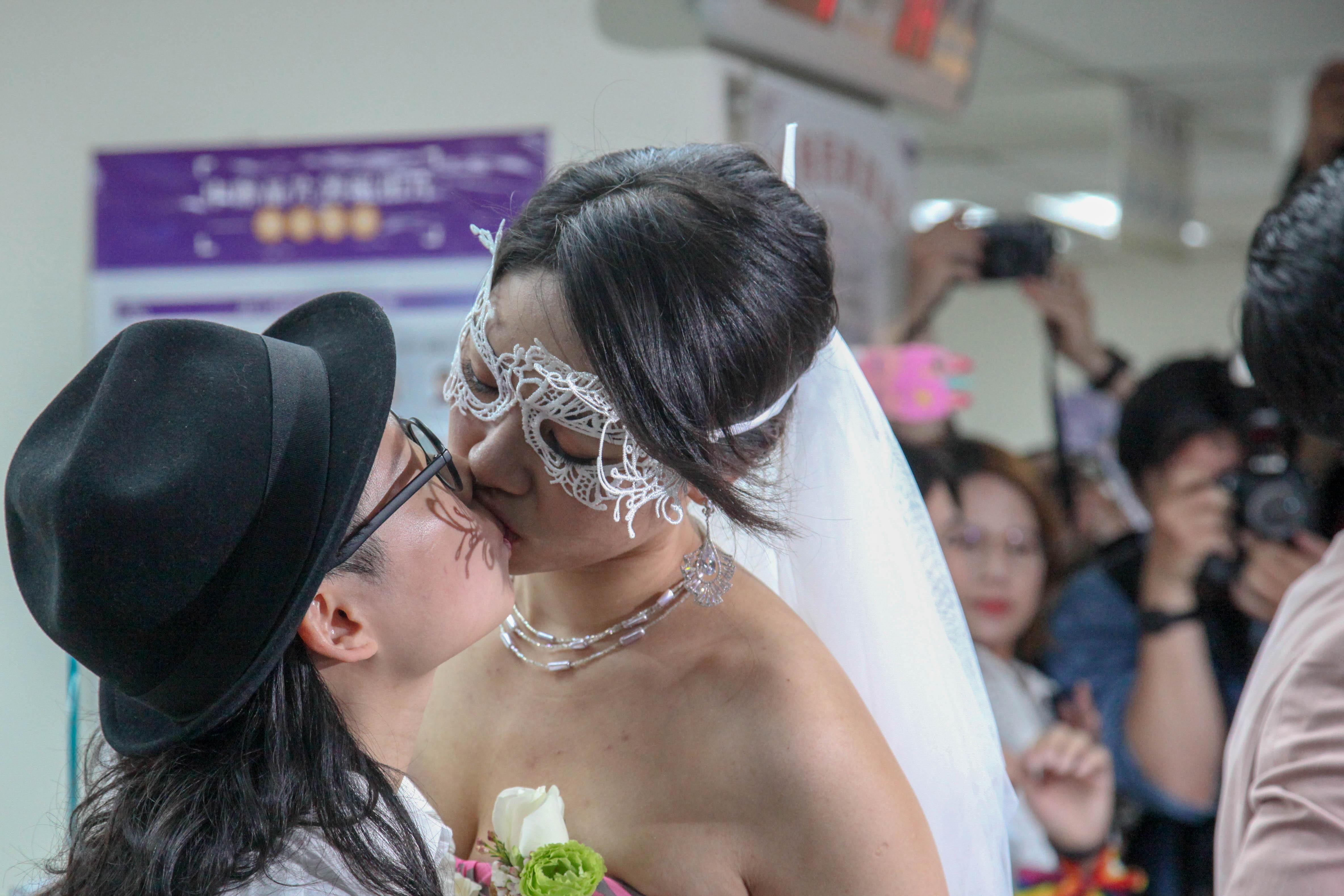 160 azonos nemű pár házasodott össze Tajvanon az első nap, amikor ez lehetségessé vált