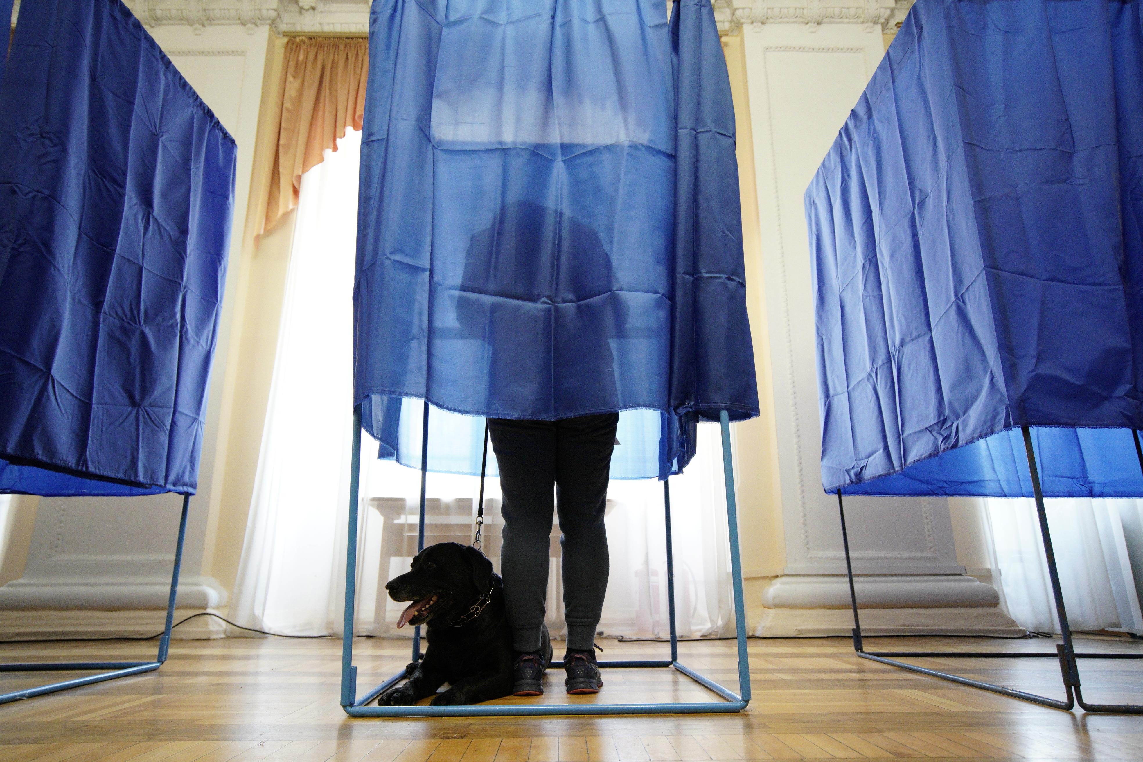 Vasárnap este 11-ig biztosan nem közölnek választási eredményeket