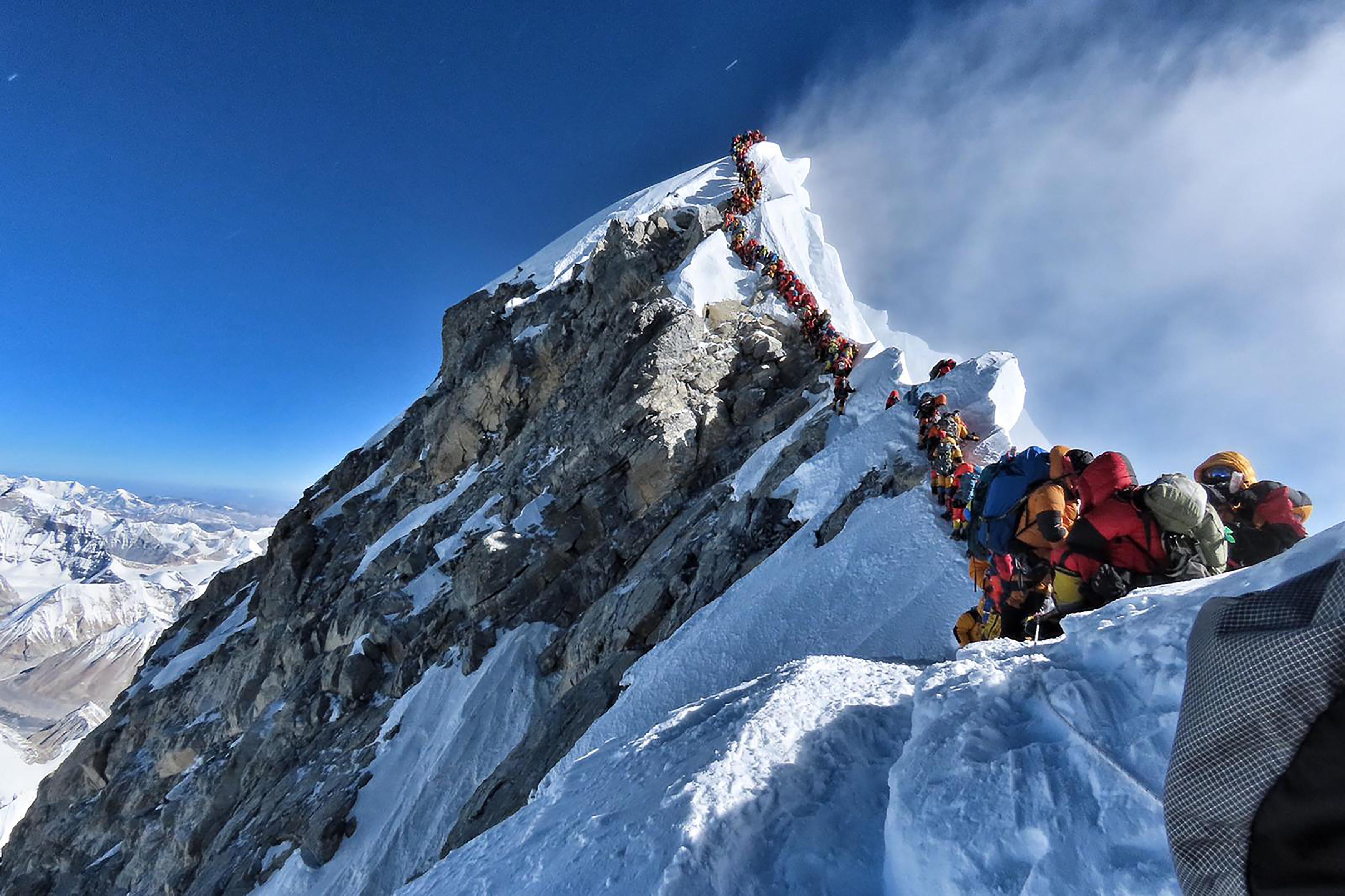 Hárman haltak meg a Mount Everesten, ahol a jó idő miatt torlódás alakult ki a hegymászók között