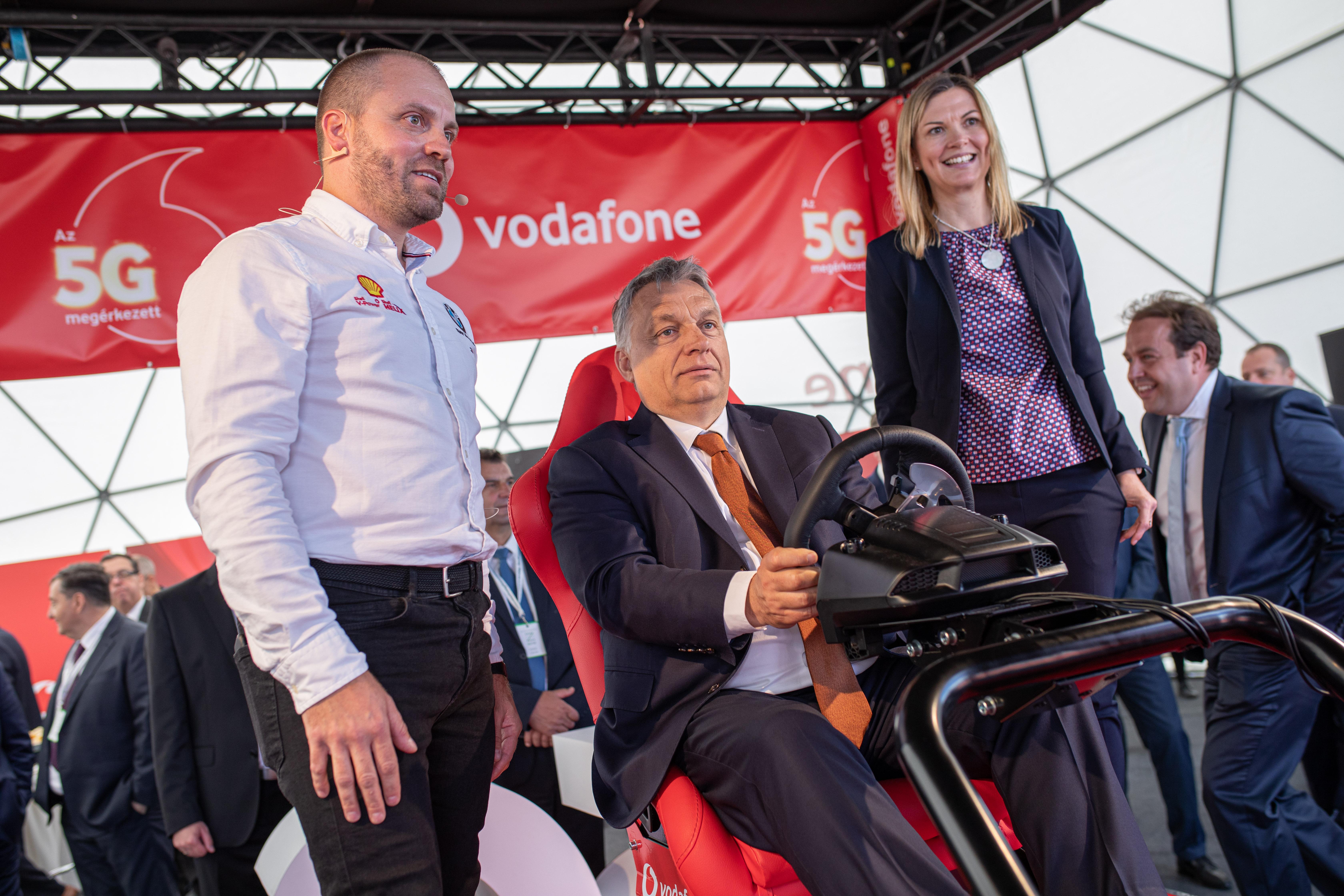 Éppen egy Mészáros Lőrinc-beruházáson kedélyeskedett Orbán Viktor a közbeszerzéseken elszálló árakkal