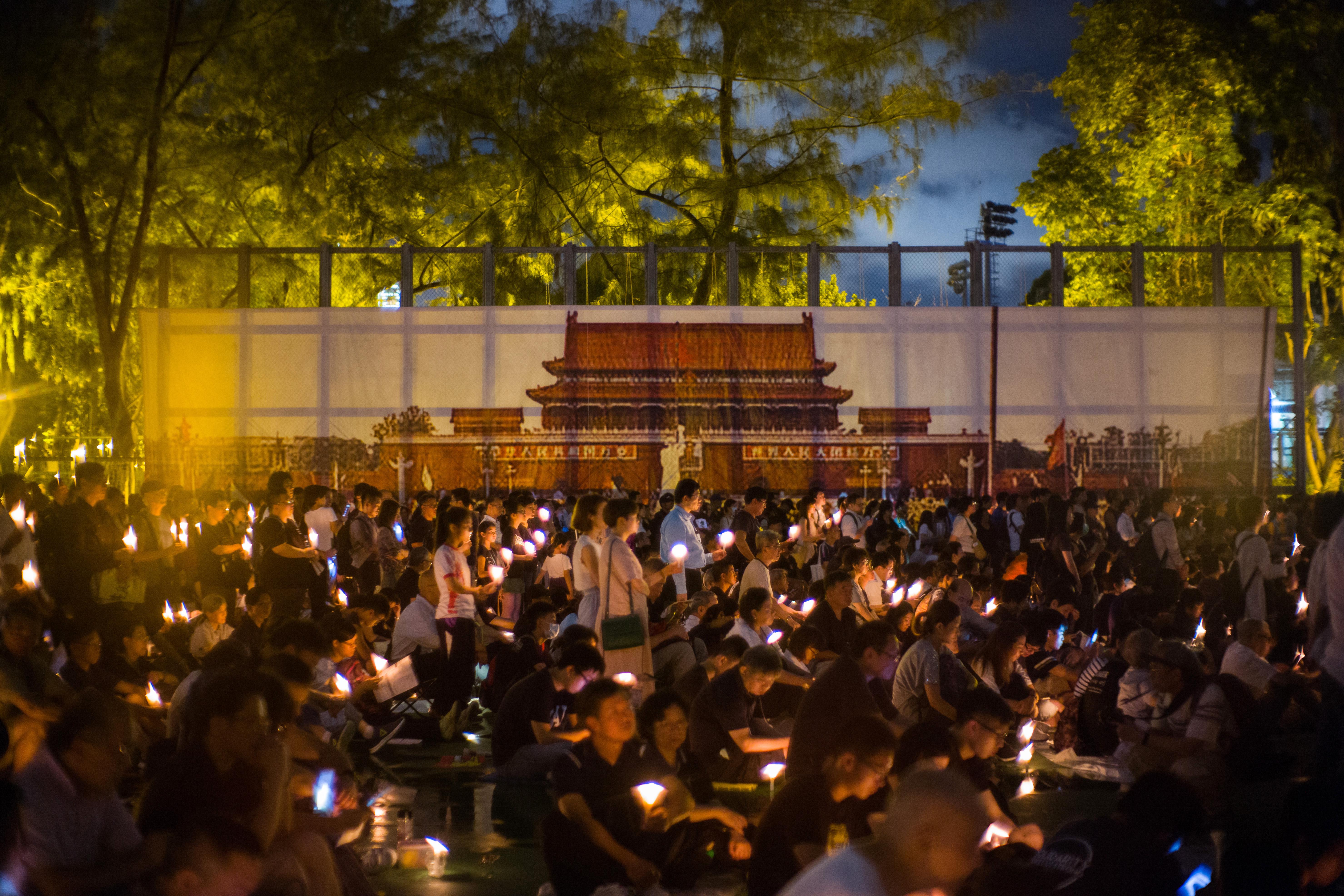 Több mint 2000 ember vonult fel Hongkongban a Tienanmen téri mészárlásra emlékezve
