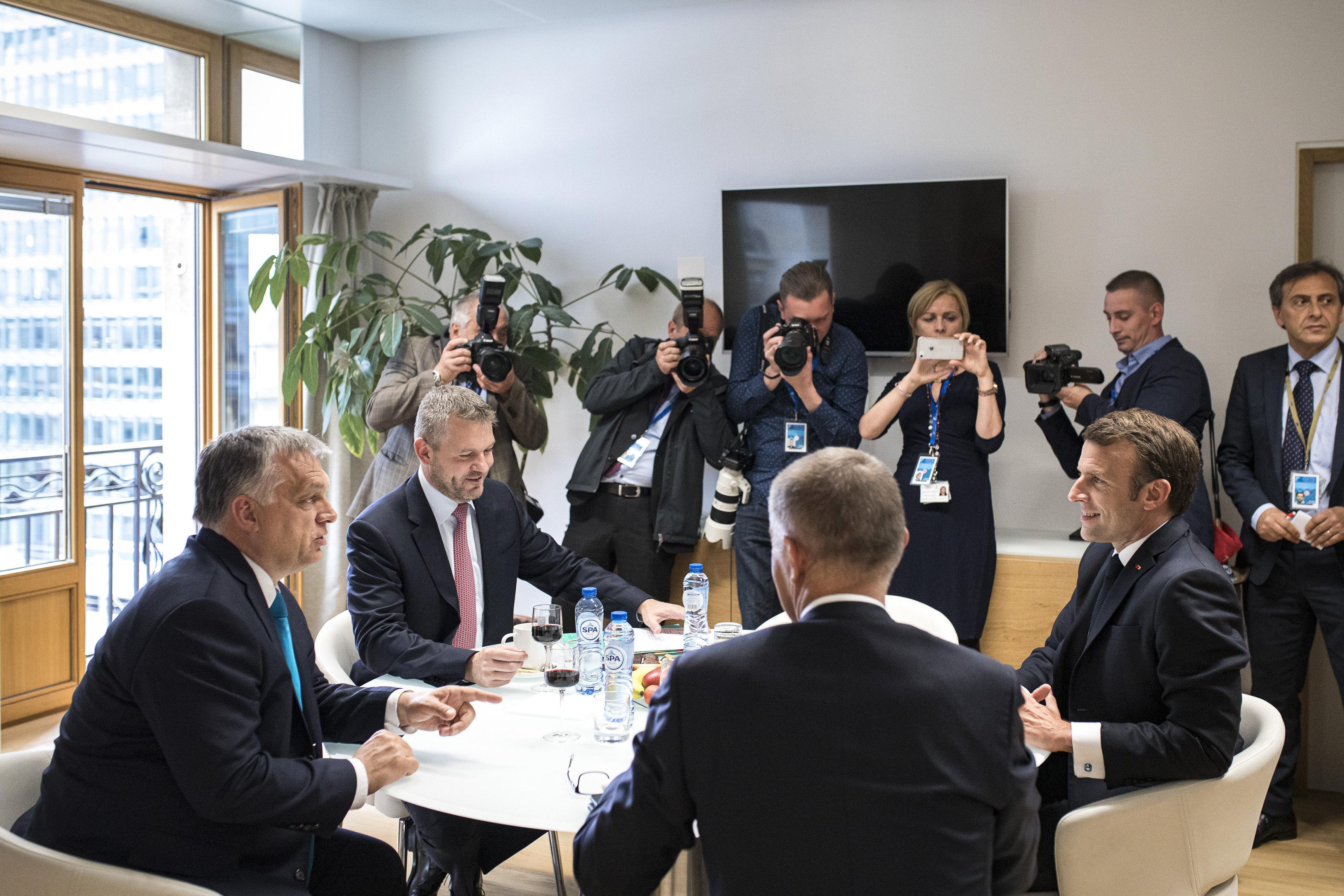 Orbán Viktor egy pohár vörössel hozta magát hangulatba, amikor Macronnal tárgyalt Brüsszelben