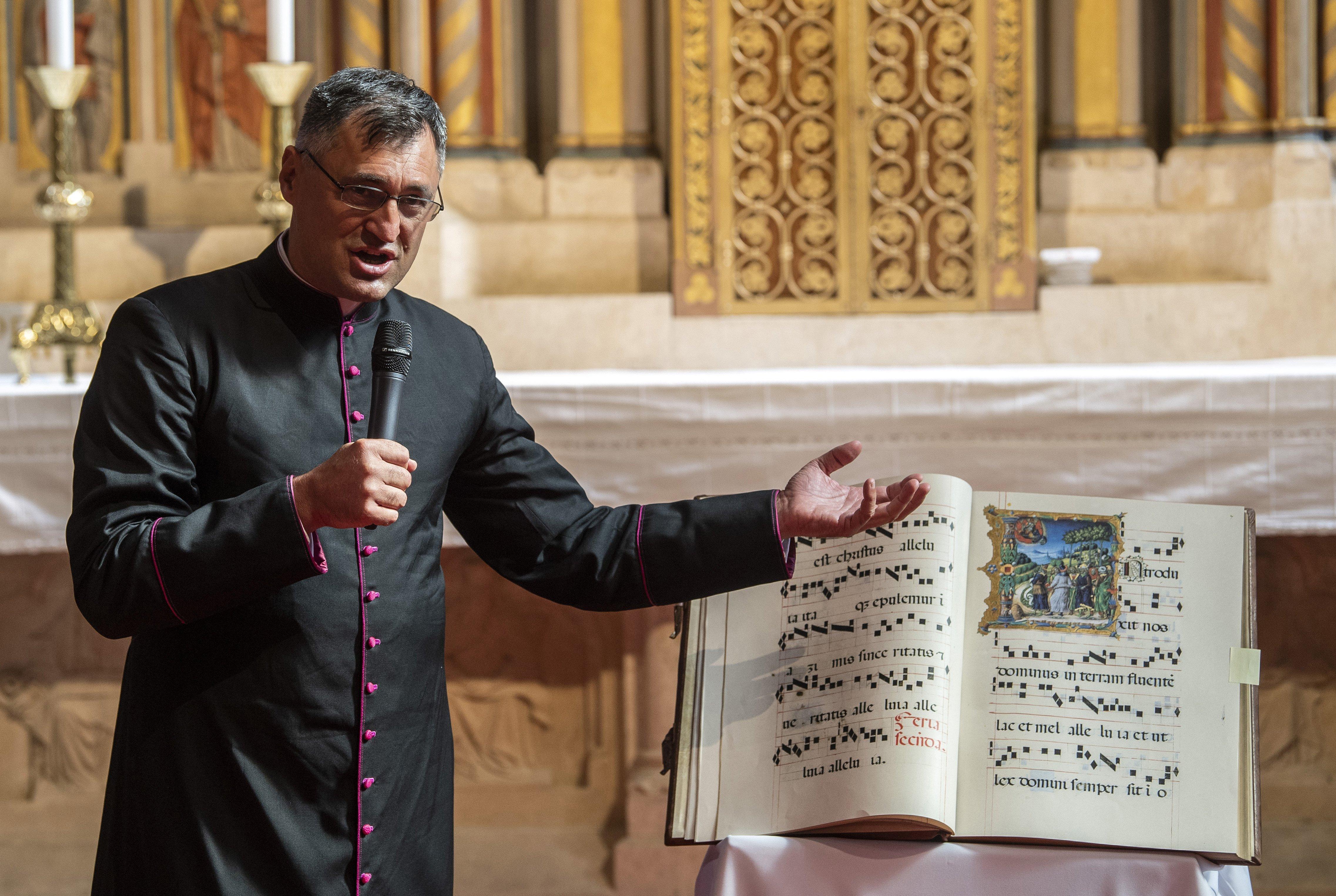 A molesztált férfin keresztül üzenget egymásnak a püspök és az érsekség