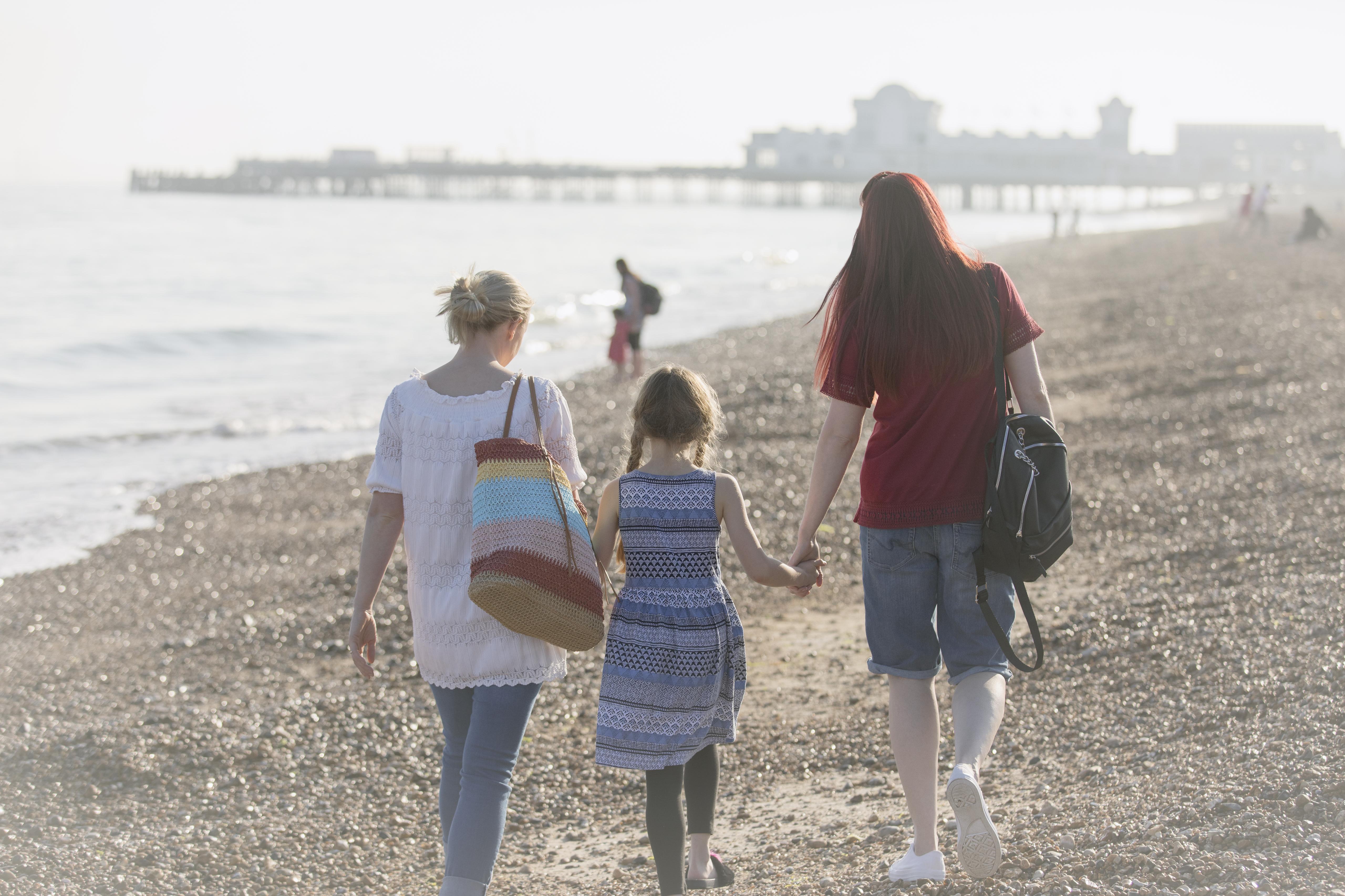 Az egyedülálló szülők örökbefogadását ellehetetlenítő törvény valójában az azonos nemű párok távoltartásáról szól