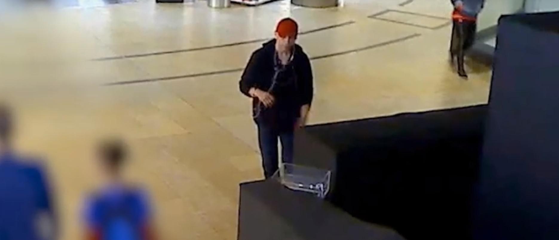Zenehallgatás közben lopott egy kis kávét és sütit az Árkádban