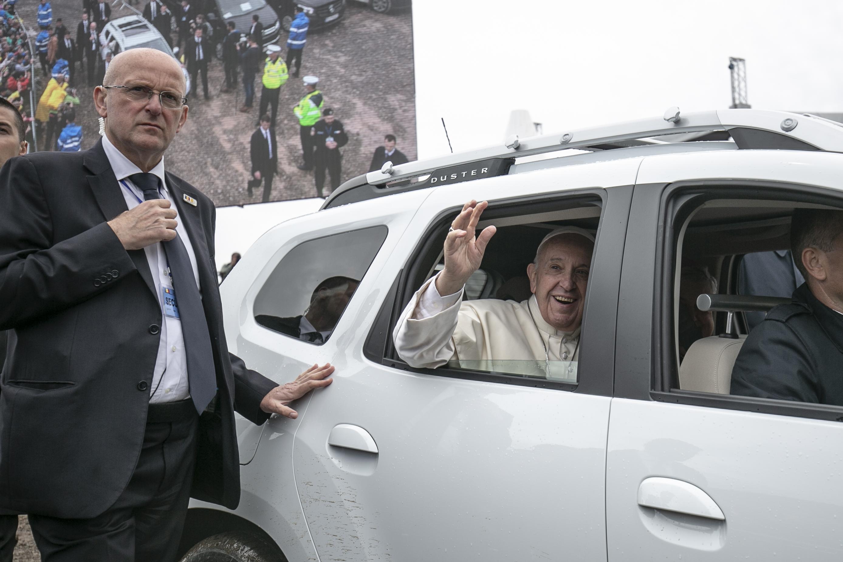 2100 énekes és Tóth Gabival melegít majd a pápának