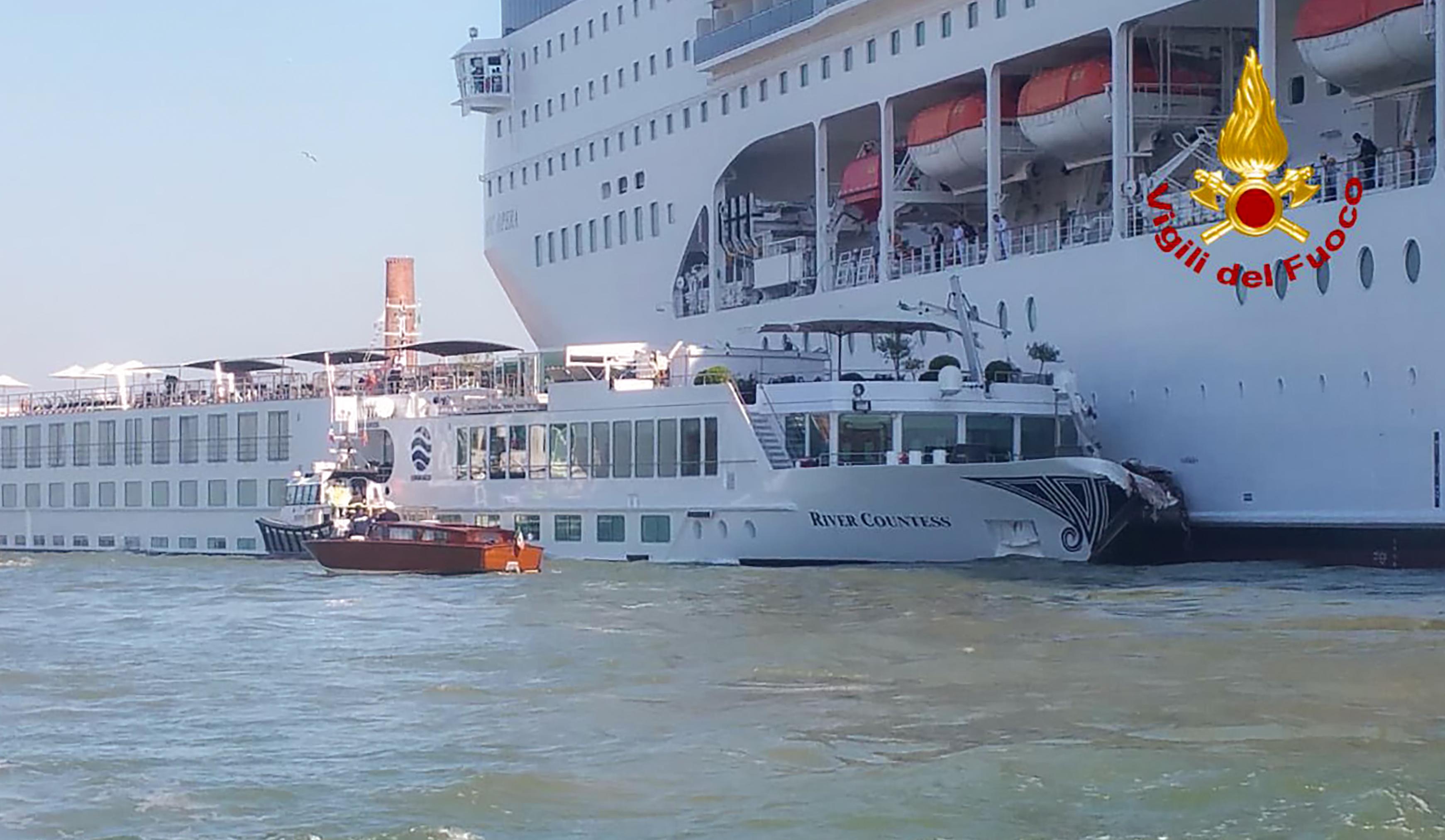 Turistahajóval ütközött egy irányíthatatlanná vált óceánjáró Velencében