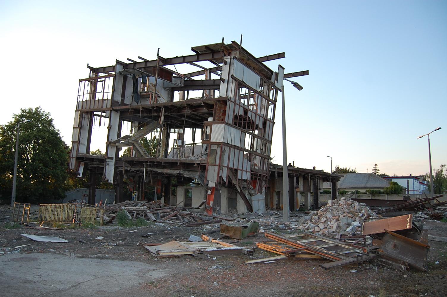 Azért omlott rá az épület egy emberre, mert az építésvezető daru helyett szakképzetlen segédmunkásokat küldött a romos épületre