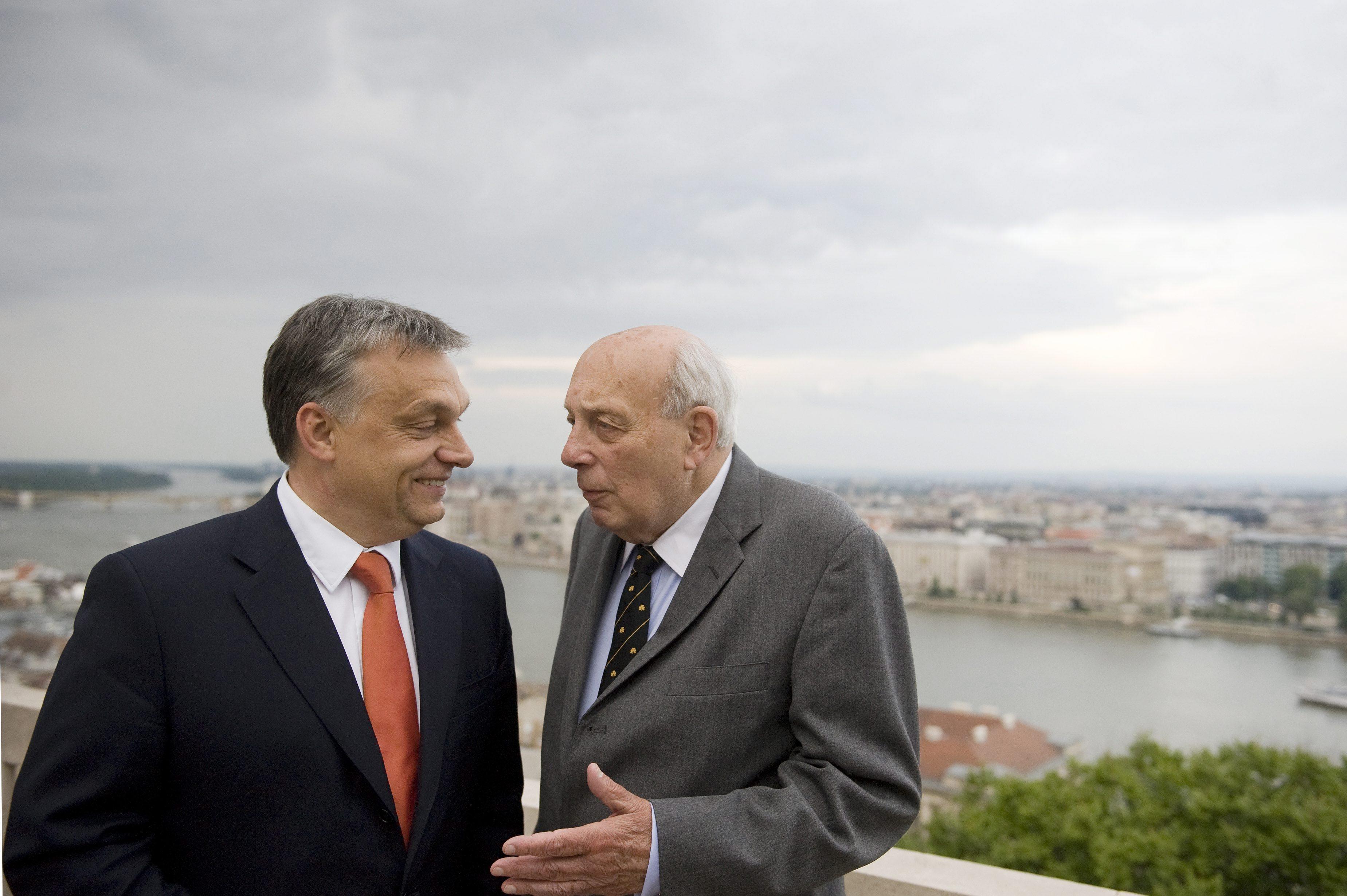 A kormány fejet hajt John Lukacs munkássága előtt, mondta Gulyás Gergely a történész gyászmiséje után