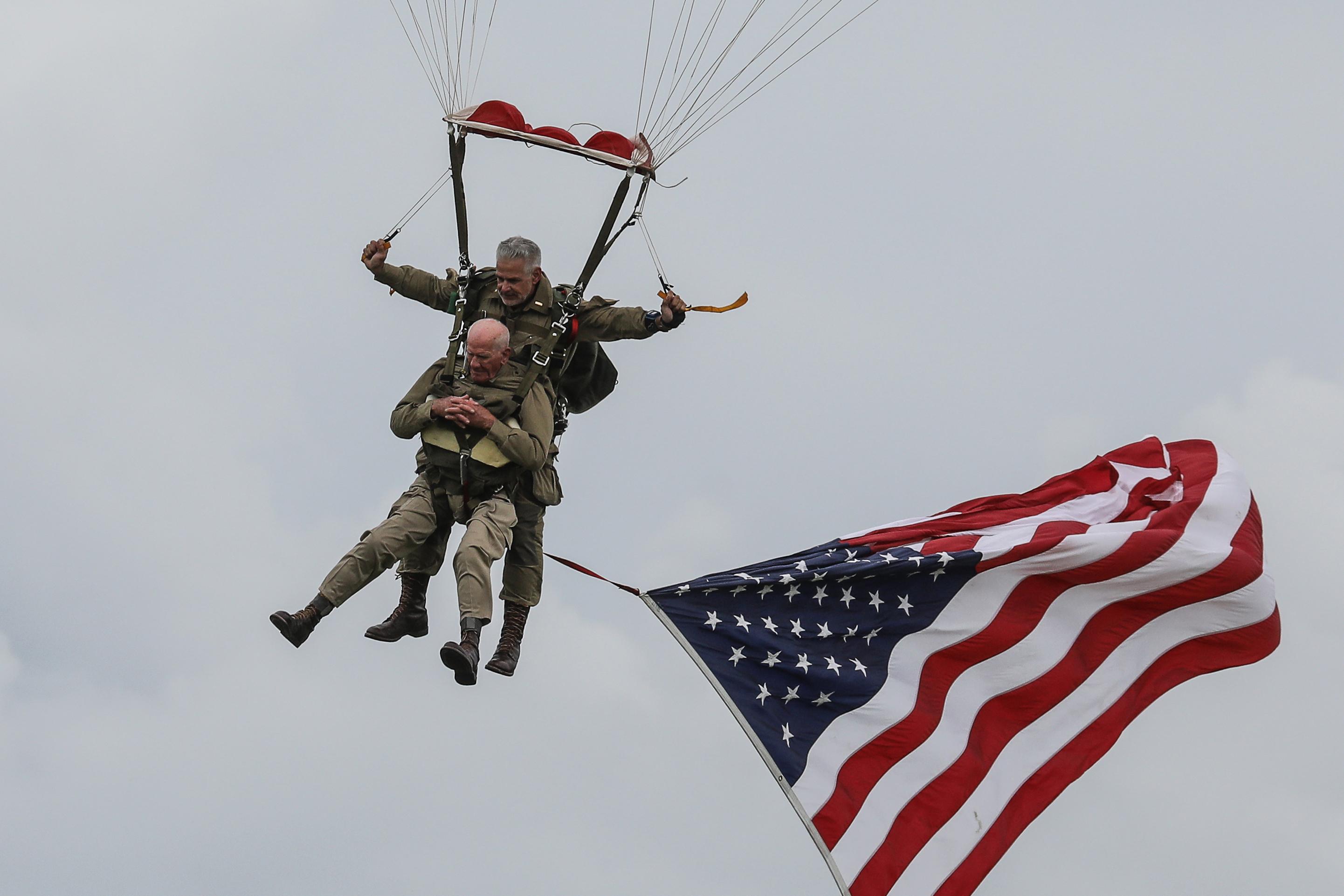 A 97 éves veterán megismételte történelmi ejtőernyős ugrását