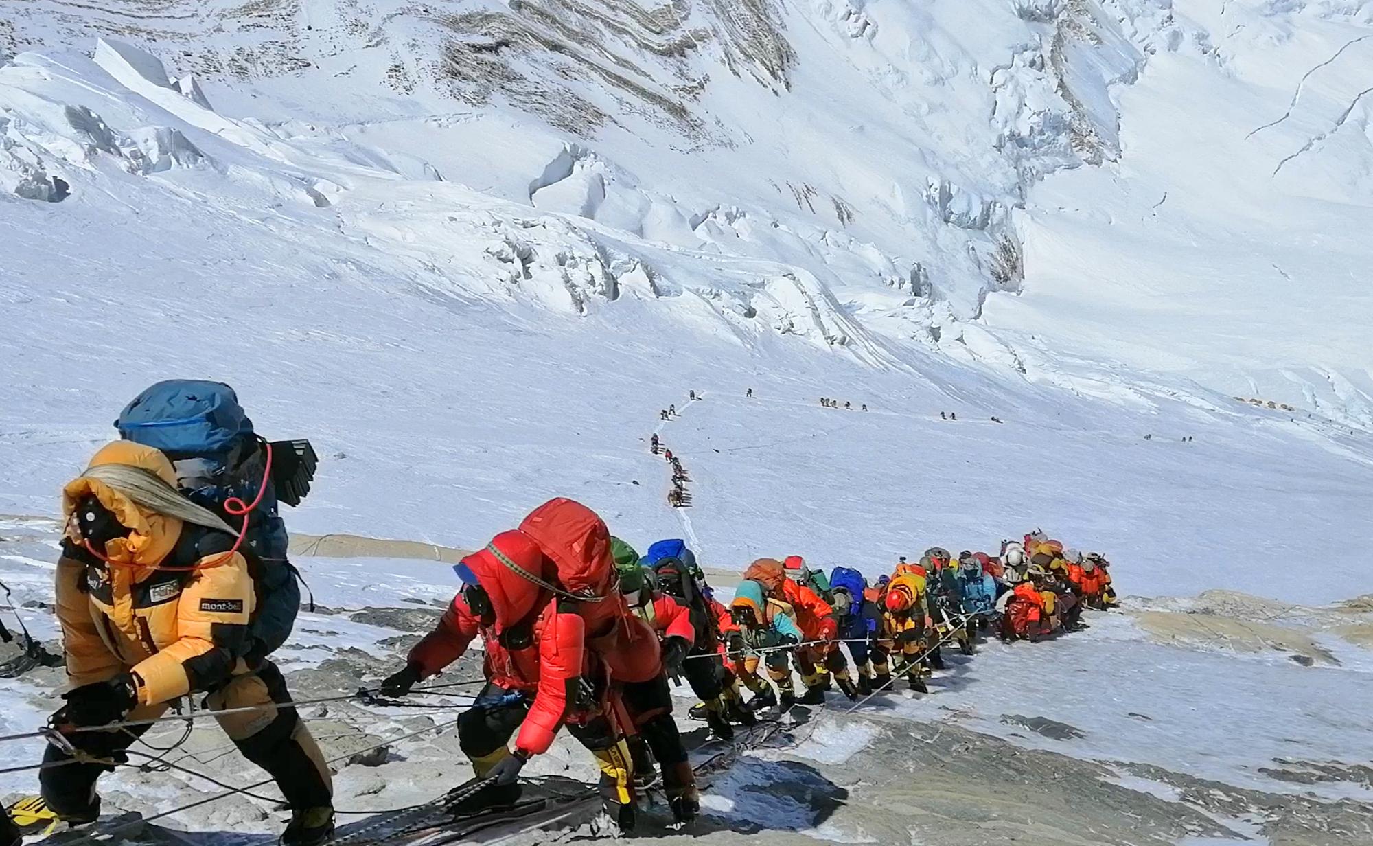 Nepál alkalmassági engedélyhez kötné a Mount Everest megmászását