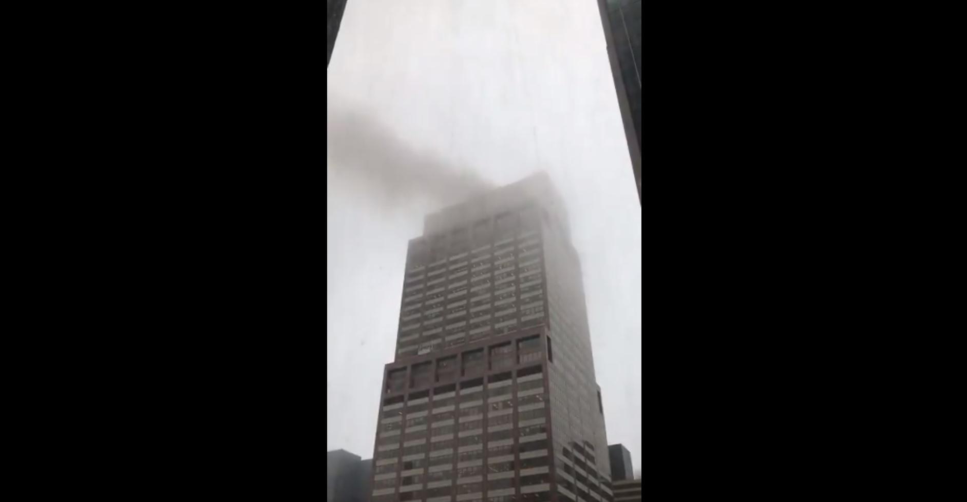Helikopter zuhant egy felhőkarcolóra Manhattanben