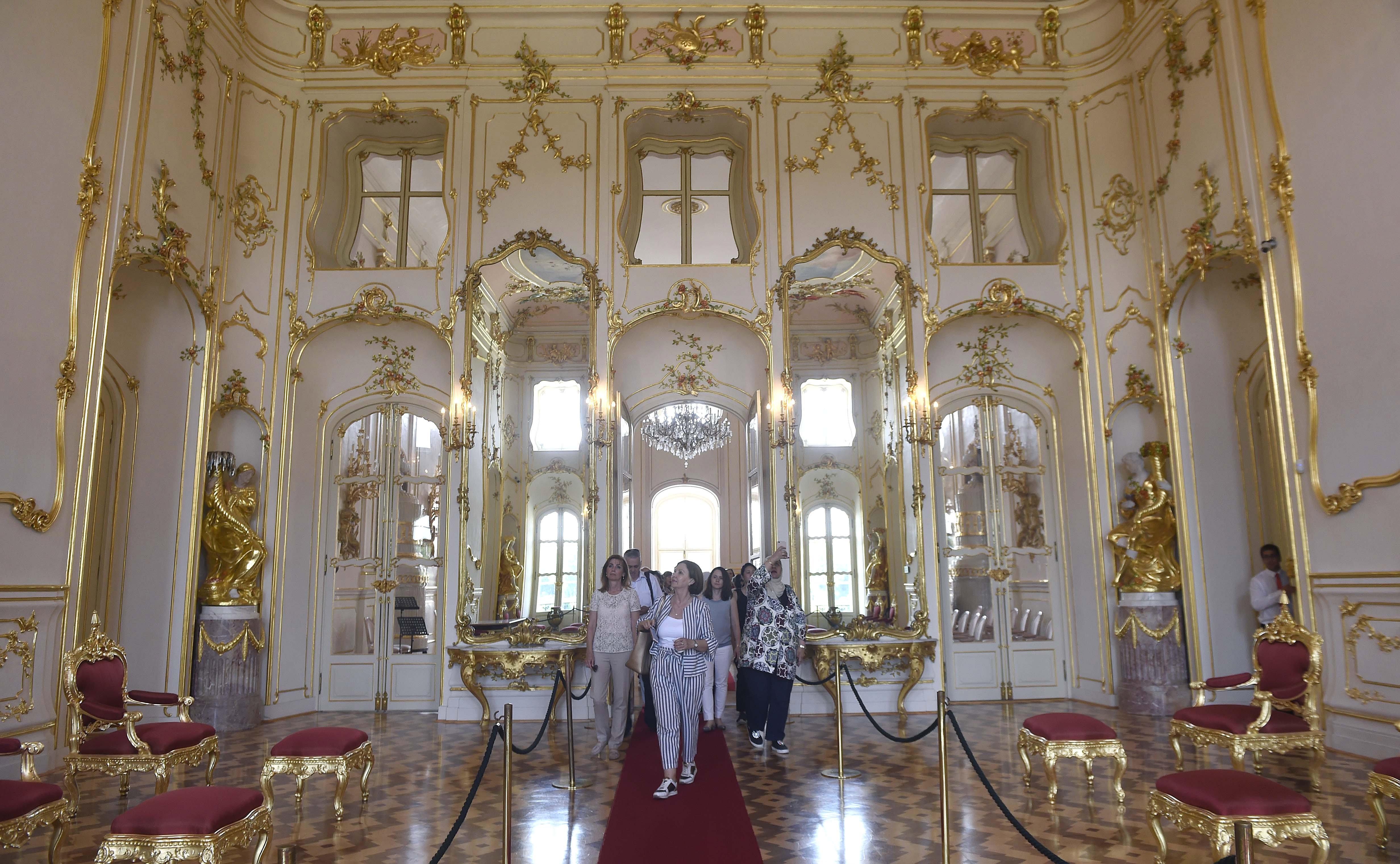 Áder János felesége kastélylátogatásra vitte a diplomaták házastársait