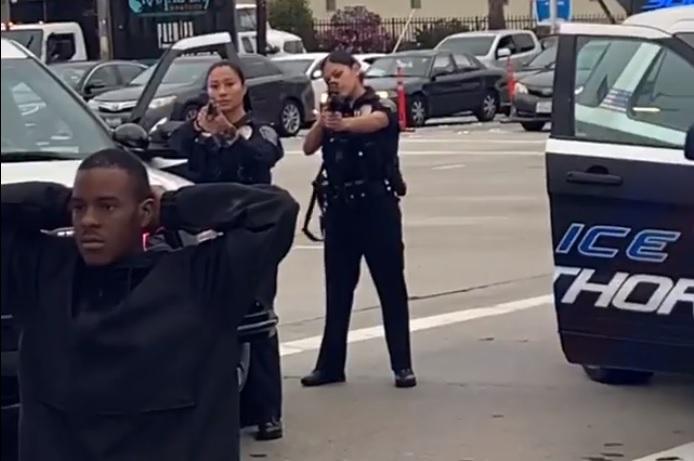 Élőben közvetítették, ahogy négy rendőr is fegyvert fog egy térdelő, fegyvertelen, fekete férfira