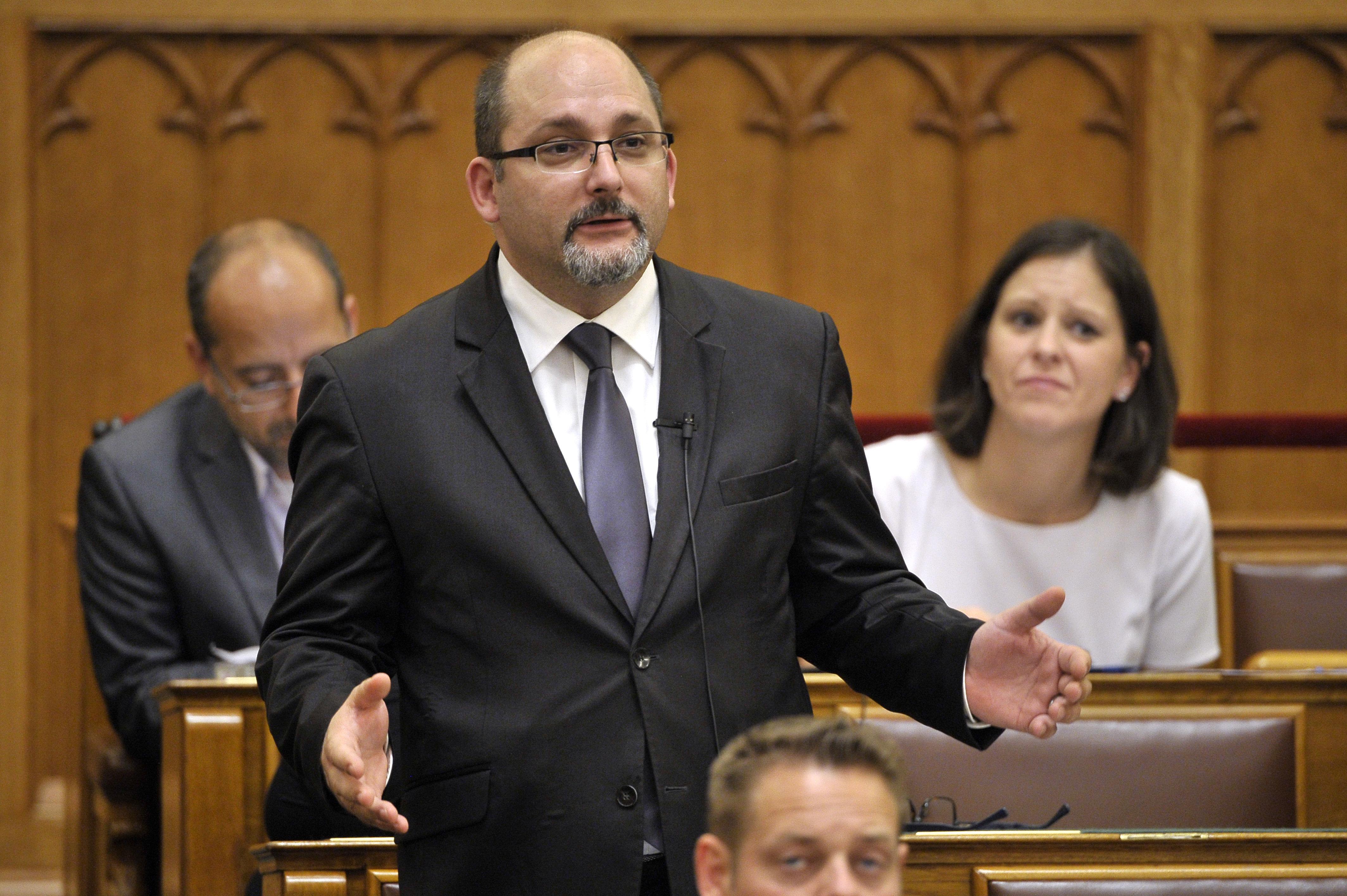 Megintették Csárdi Antalt a parlamentben, mert kurvázó kormánypártokról beszélt, miközben Orbánt kérdezte