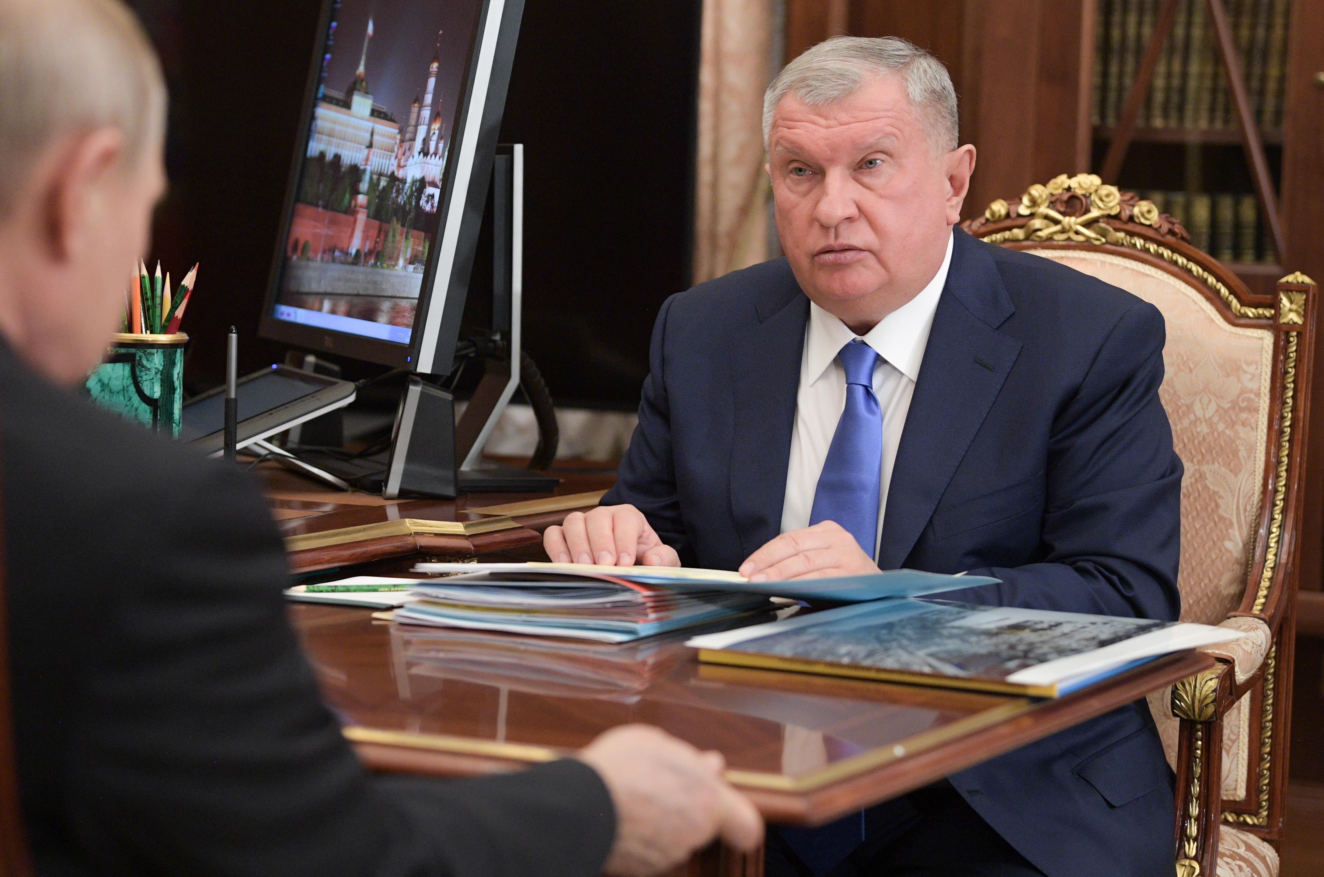 Az orosz állami olajcég gépei valahogy mindig arra repültek, ahol a főnök családja nyaralt