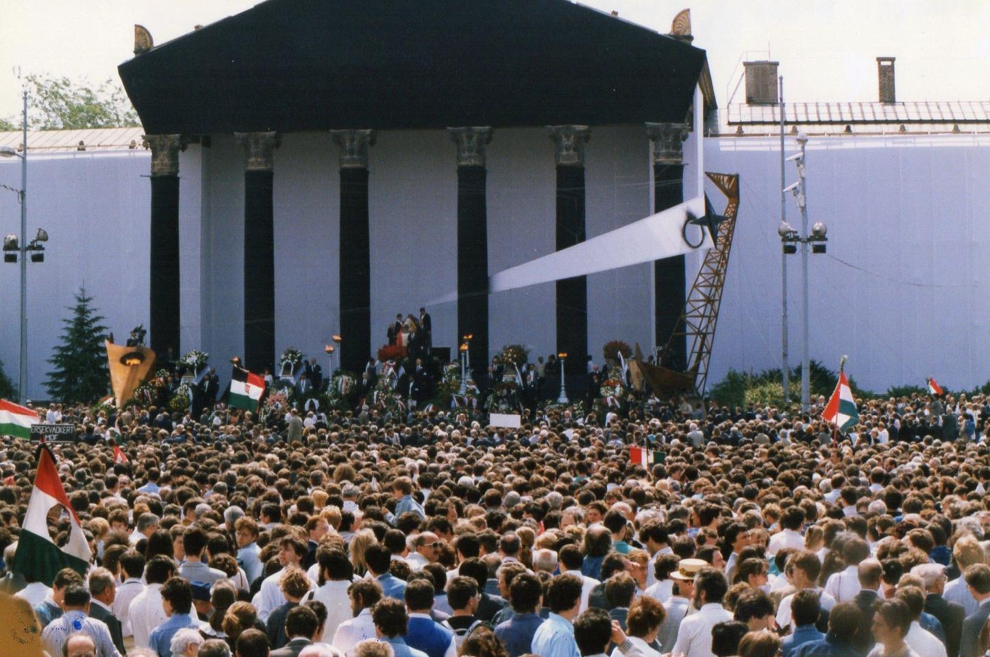 A kommunista párt örült, hogy milyen simán megúszta Nagy Imre újratemetését, sőt még kicsit panaszkodtak is, hogy 56 pártállami áldozatairól nem volt szó