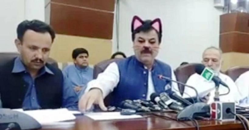 Pakisztáni politikusok véletlenül macskás filterrel közvetítették a Facebookon a sajtótájékoztatójukat
