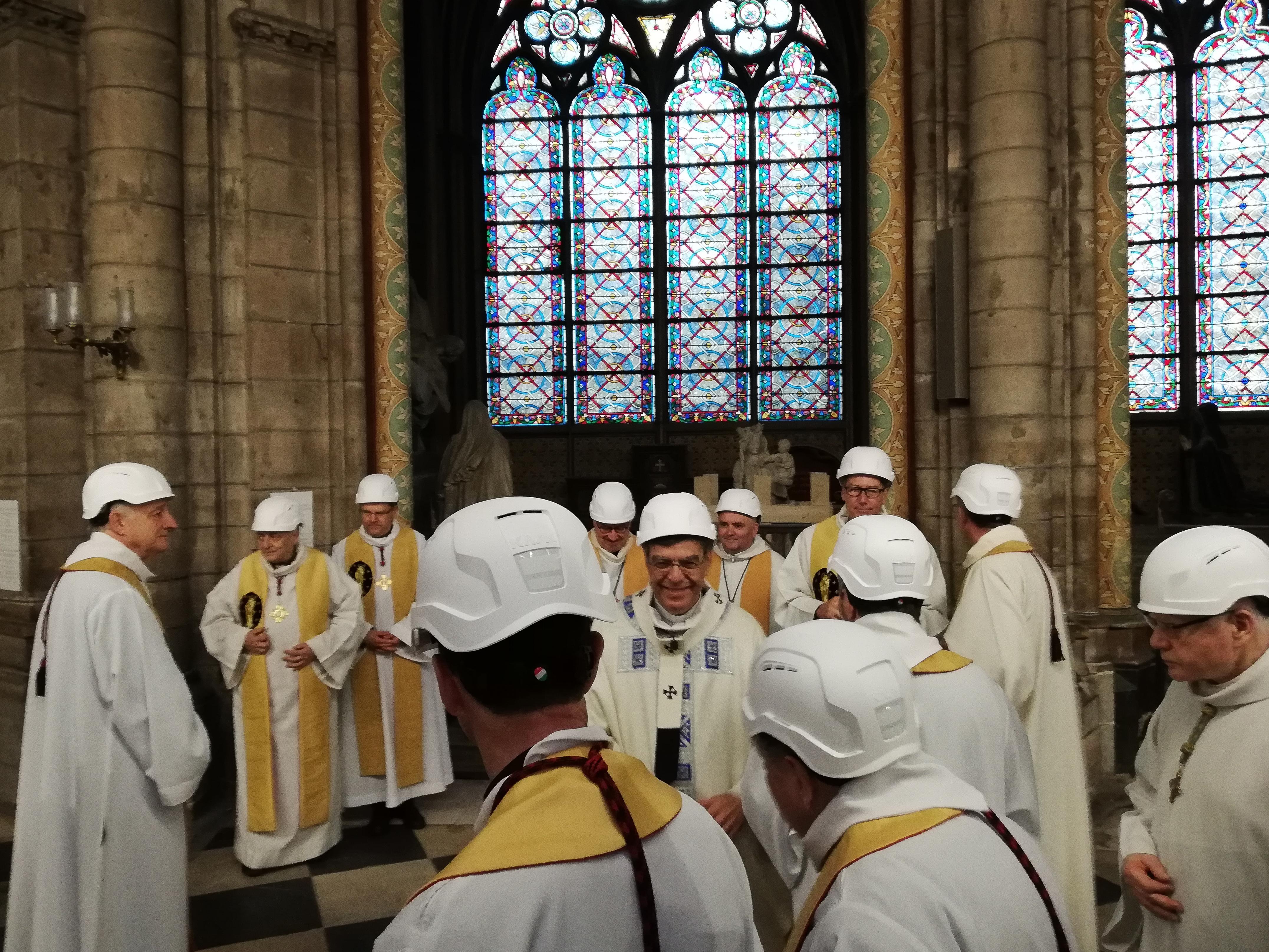 Munkavédelmi sisakban tartották meg az első misét a Notre Dame-ban
