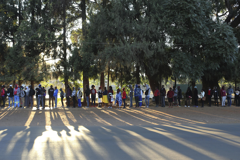 Zimbabwének nincs pénze útlevélpapírra és tintára, kilométeres sorok vannak az okmányirodák előtt