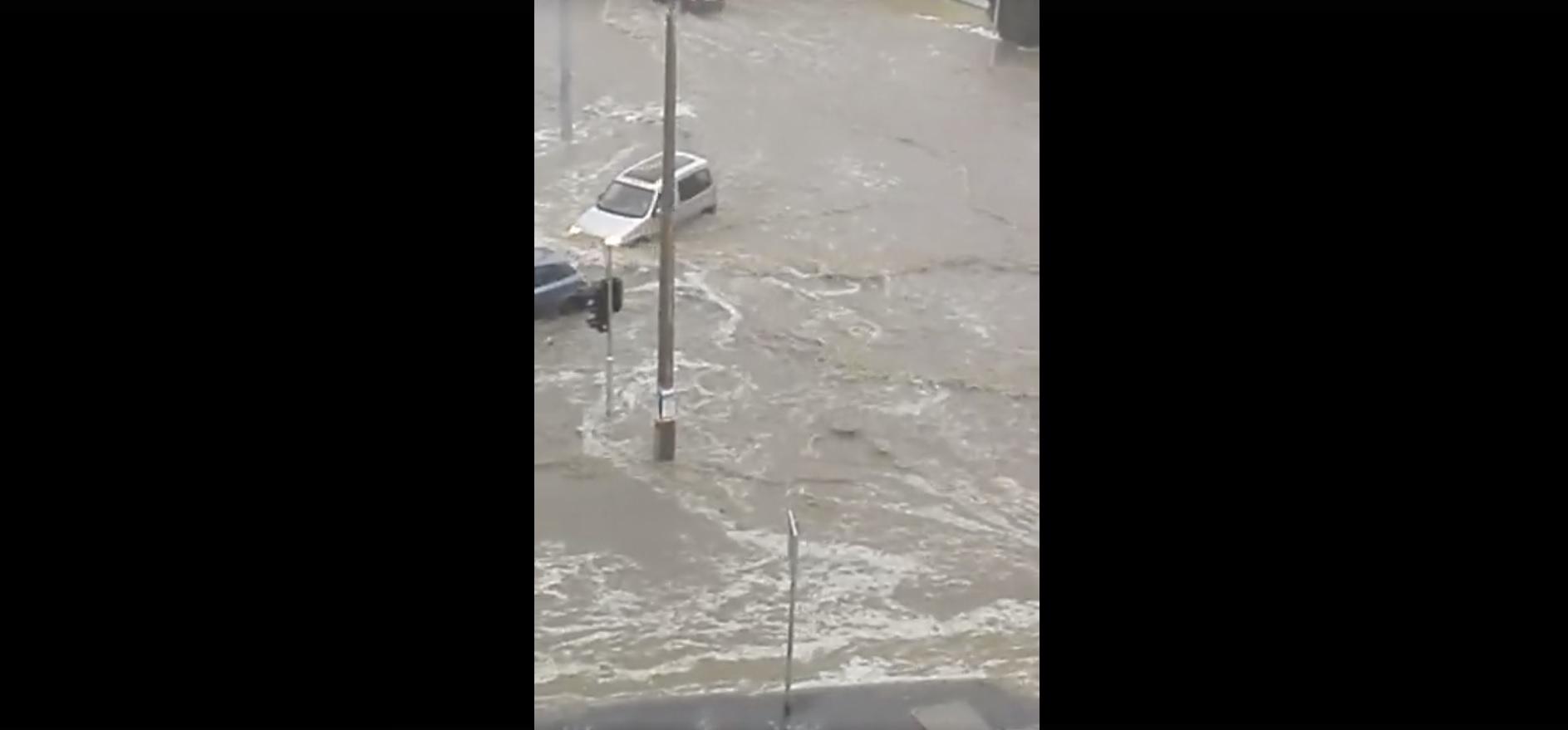 Elárasztotta az eső Komló egyik utcáját