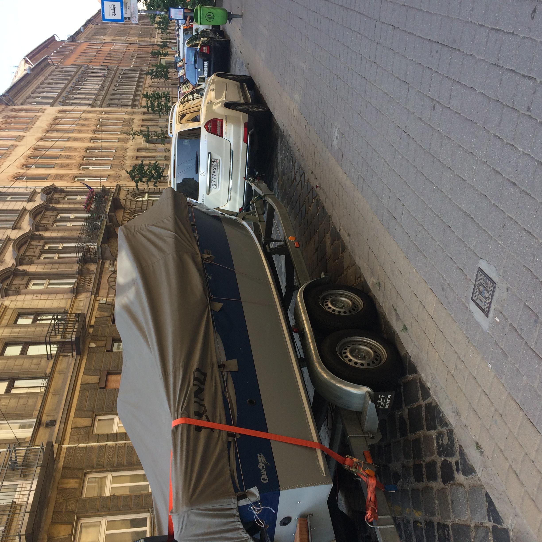 Valaki beparkolt a Dembinszky utcai trolimegállóba egy böhöm nagy hajóval