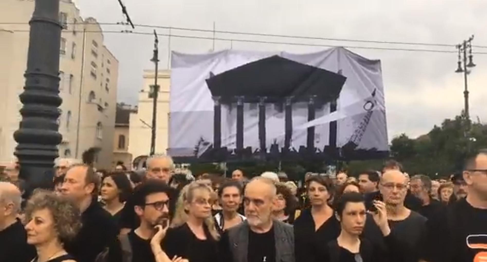 Tüntetéssel kezdődött a Szabadságkoncert a Hősök terén
